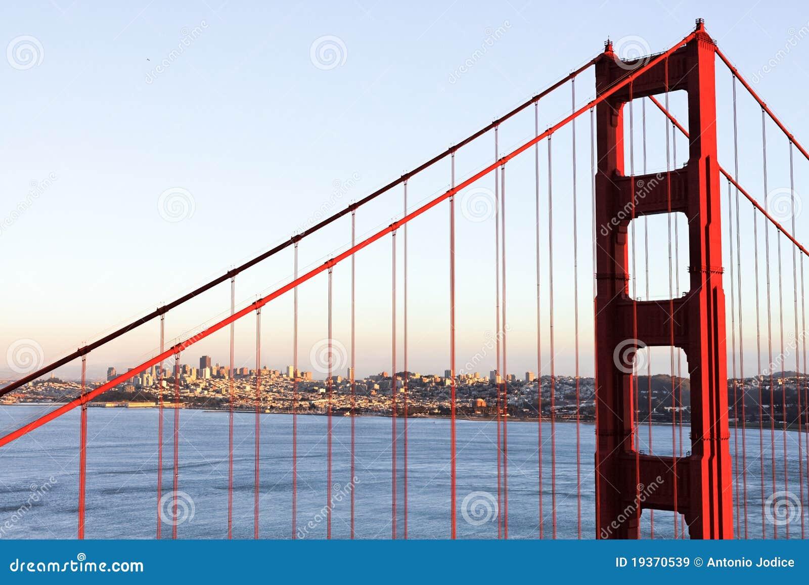 Feche acima da ponte de porta dourada em San Francisco
