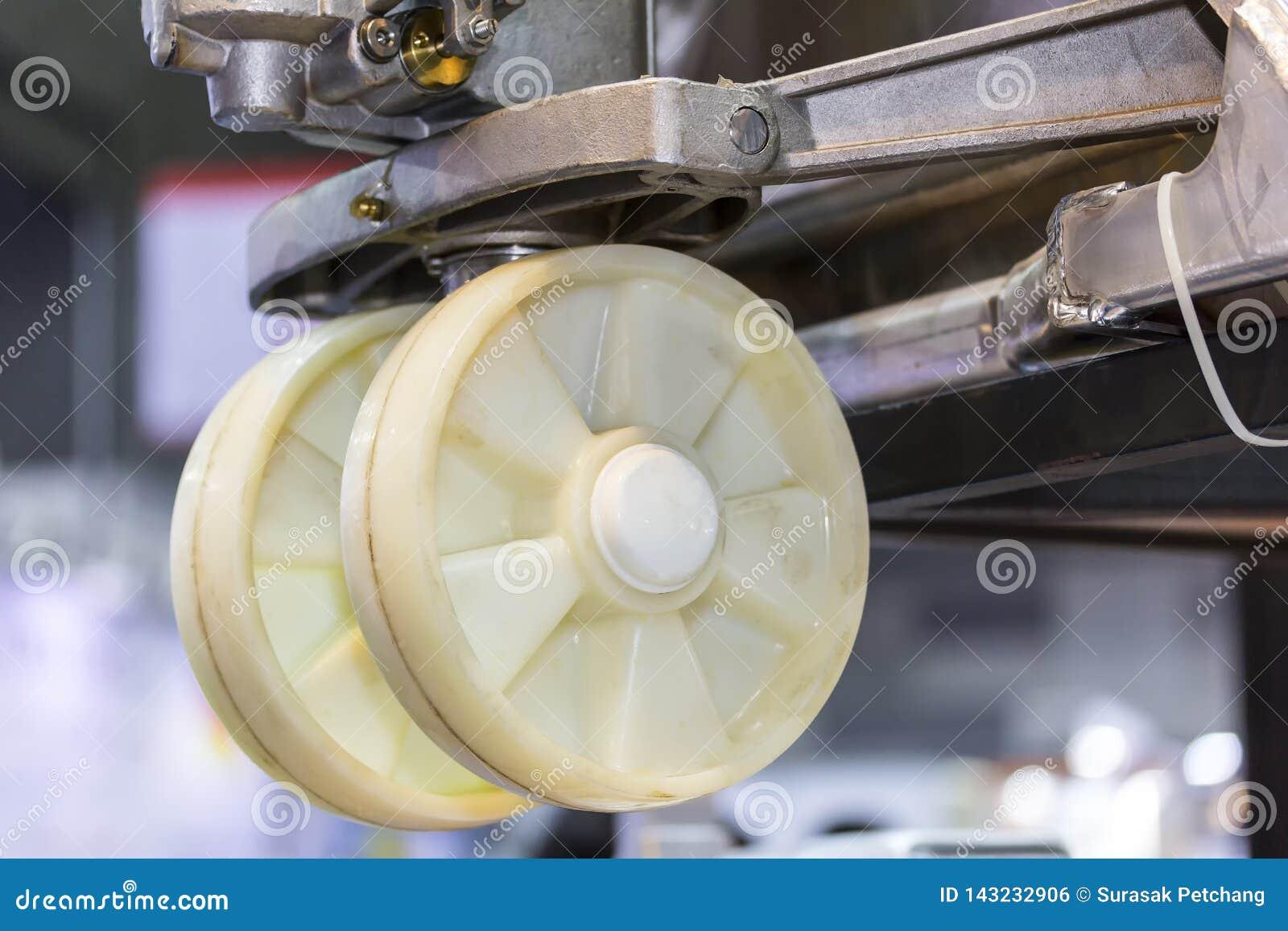 Feche acima da roda traseira da pálete da mão para o trabalho industrial desprendem o flutuador para fora a terra