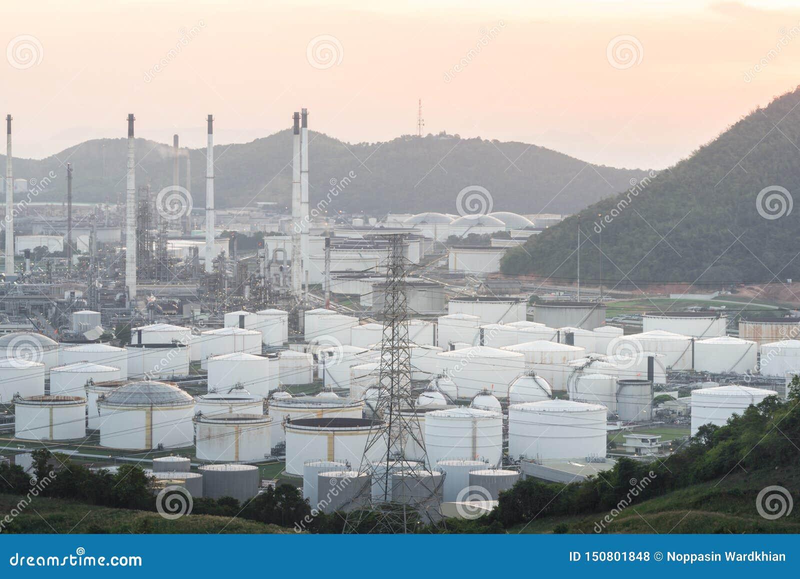 Feche acima da vista industrial na zona da ind?stria do formul?rio da planta de refinaria de petr?leo com nascer do sol e o c?u n