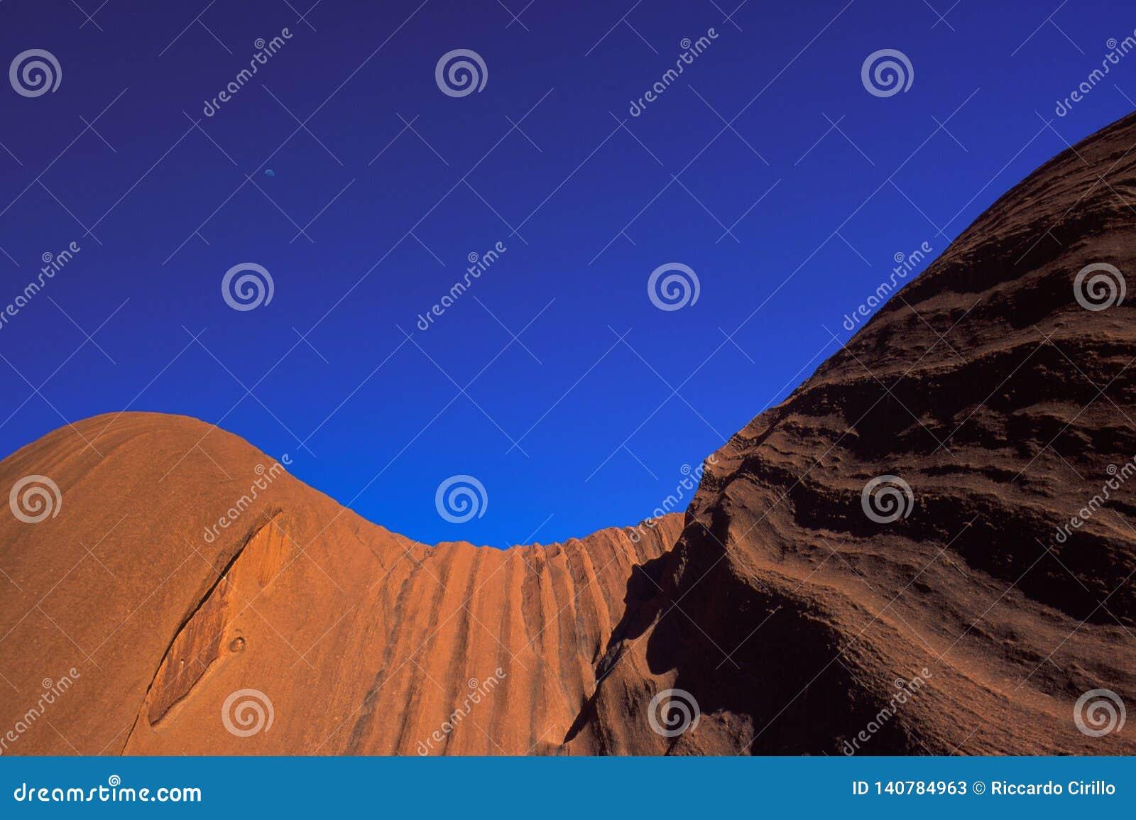 Feche acima das ideias da formação de rocha majestosa de rocha de Uluru Ayers no Uluru Kata Tjuta National Park, Austrália