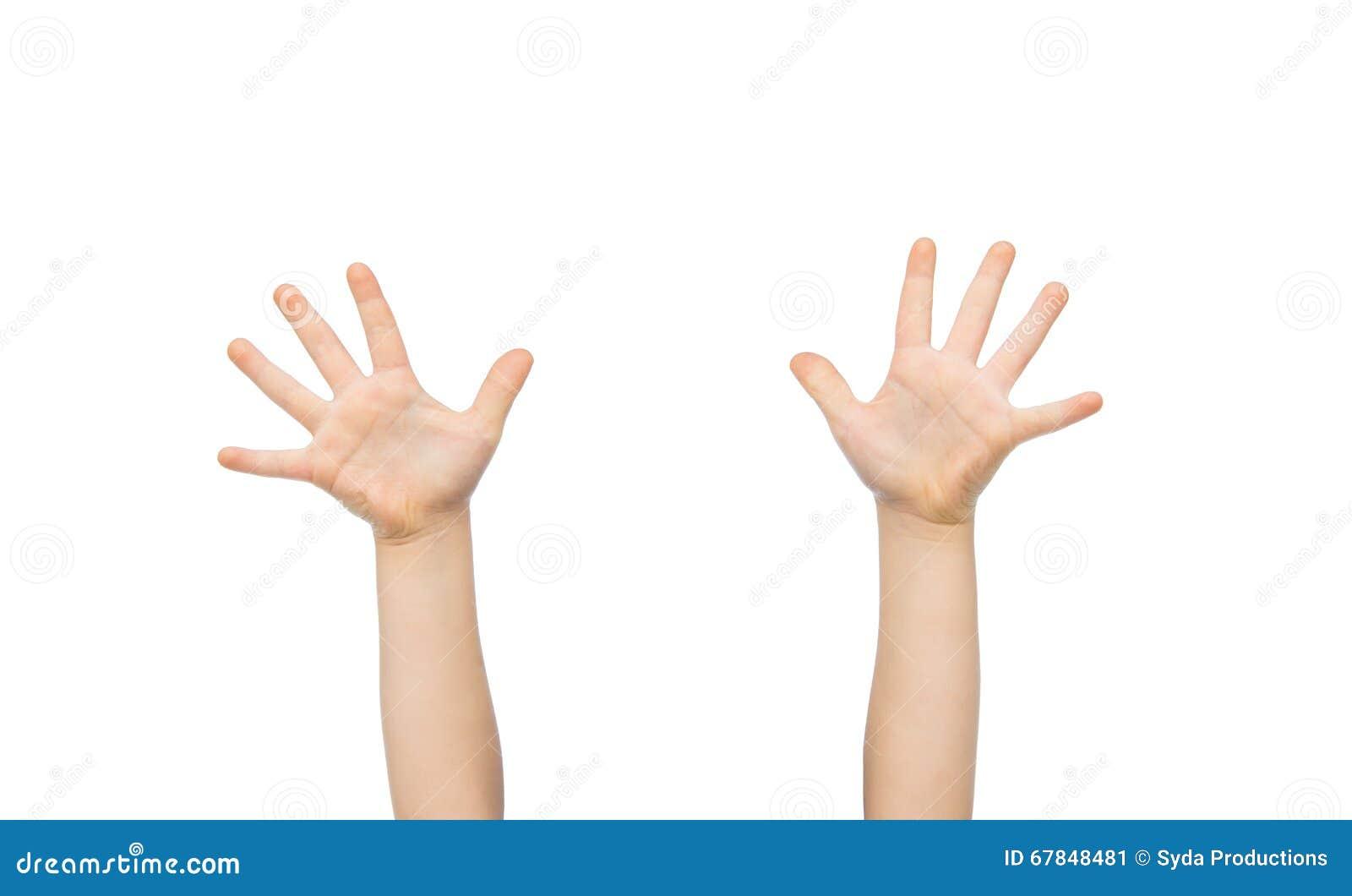 Feche Acima Das Mãos Da Criança Pequena Levantadas Para ...