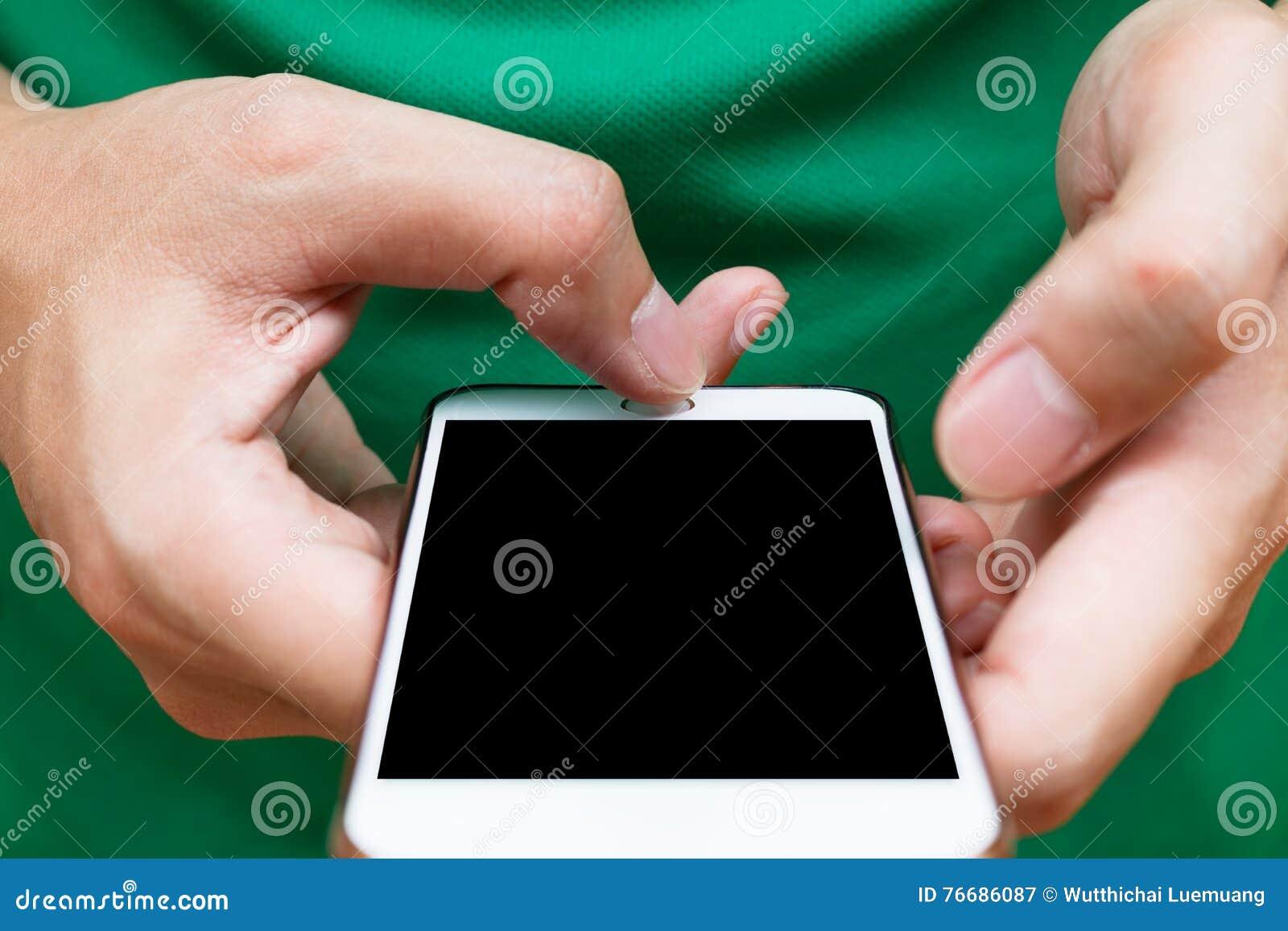 Feche acima das mãos do homem que guardam o smartphone