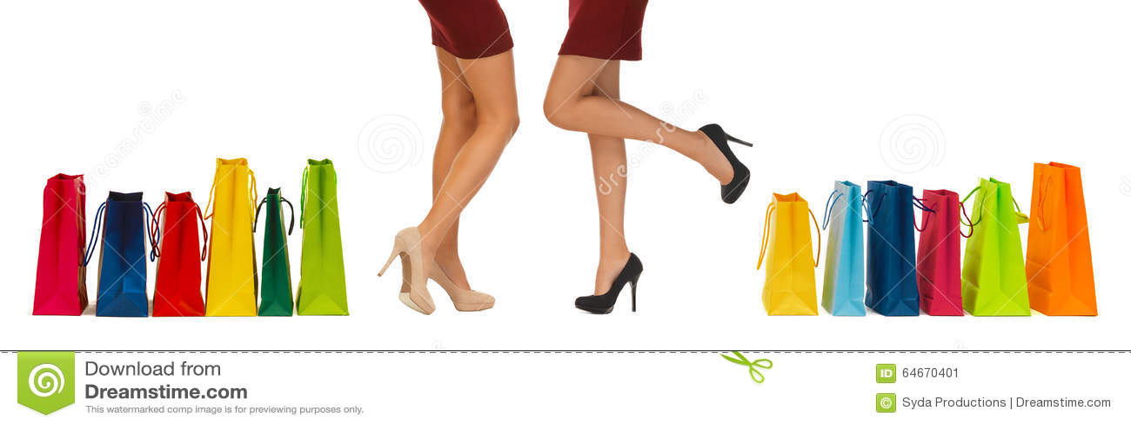 Feche acima das mulheres nos saltos altos com sacos de compras