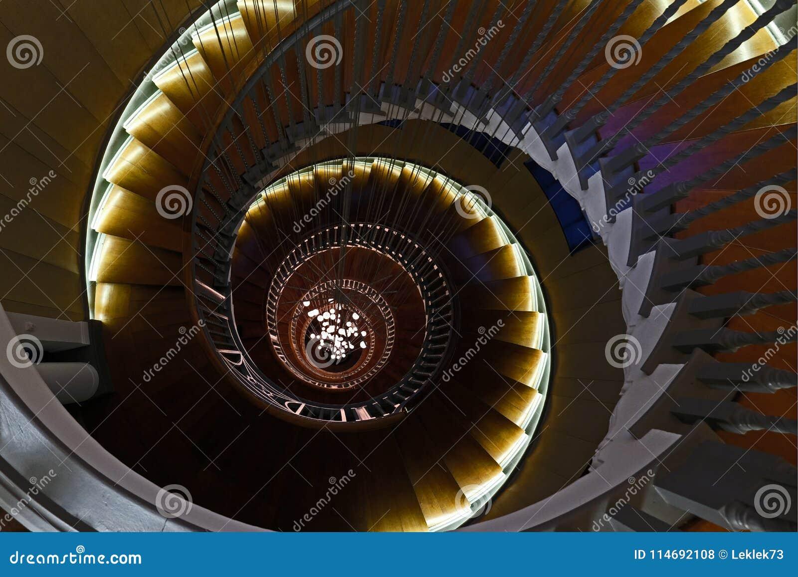 Feche acima de Cecil Brewer Spiral Staircase com luzes de Bocci na loja de móveis do ` s Heal, estrada da corte de Tottenham, Lon