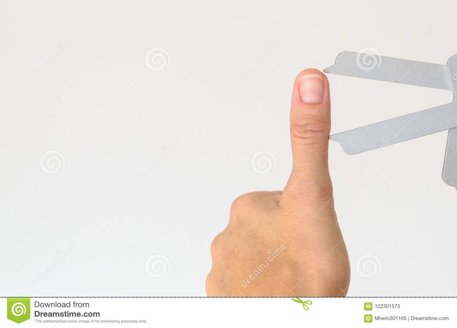 Feche acima de polegar prolongado que está sendo medido