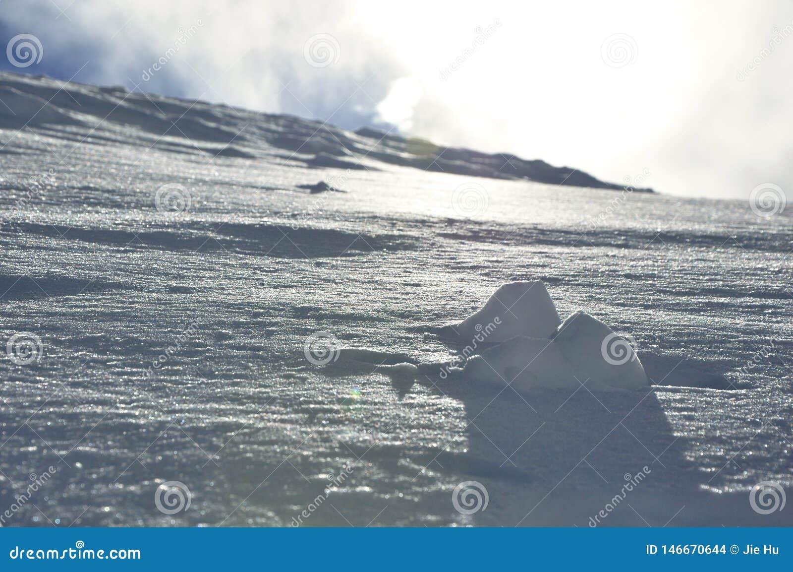 Feche acima de pouco montain da neve