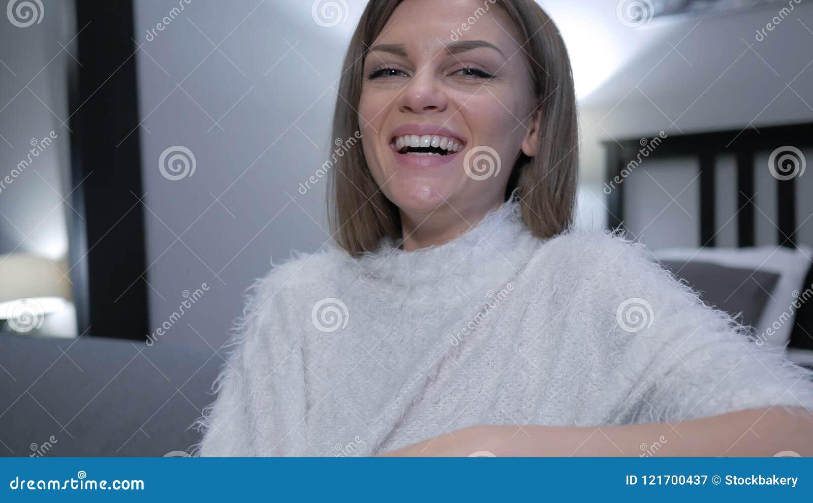 Feche acima de rir a mulher ocasionalmente de assento, gracejo