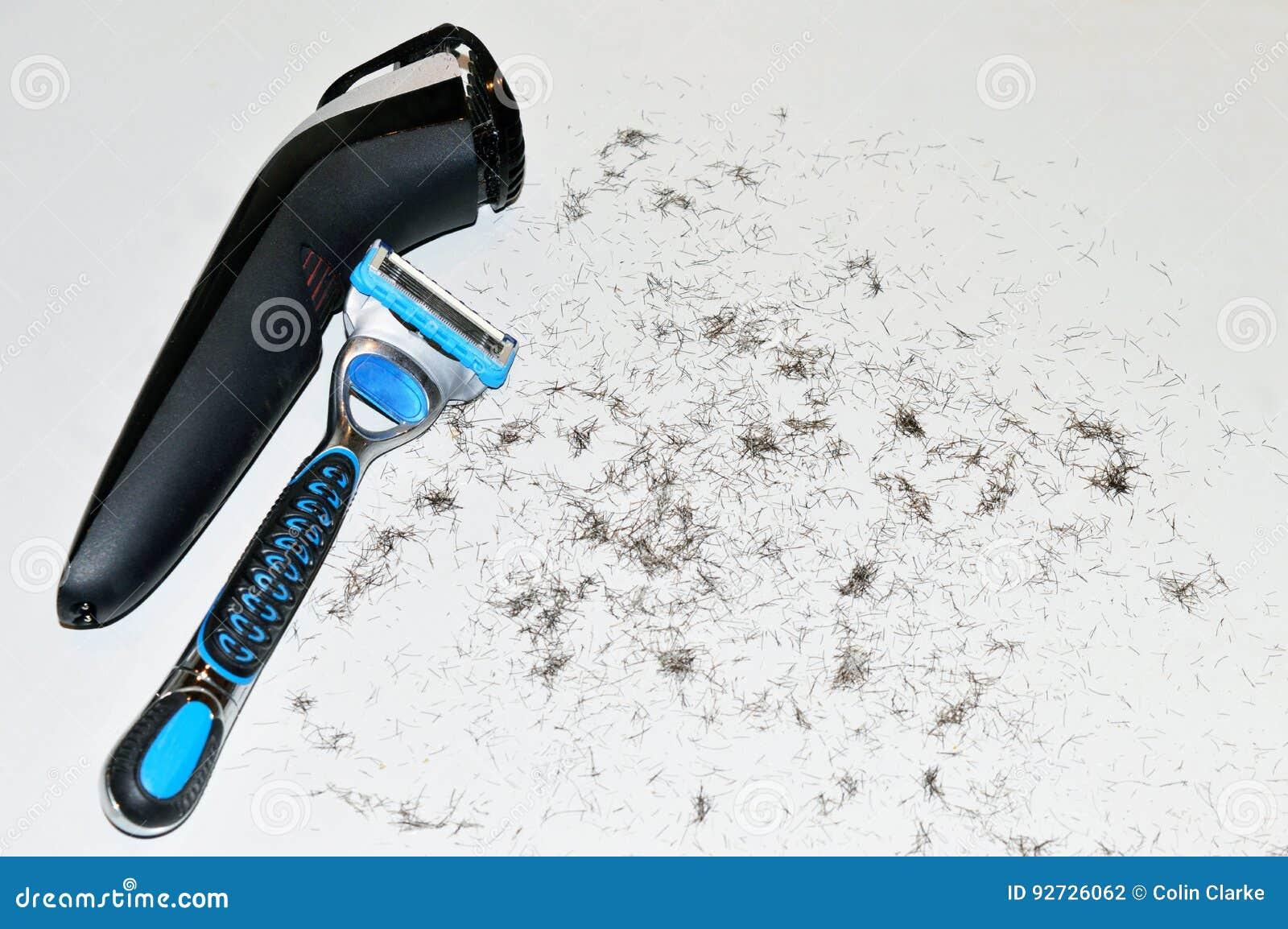 Feche acima de um barbeador bonde do ` s do homem e de uma lâmina de lâmina descartável