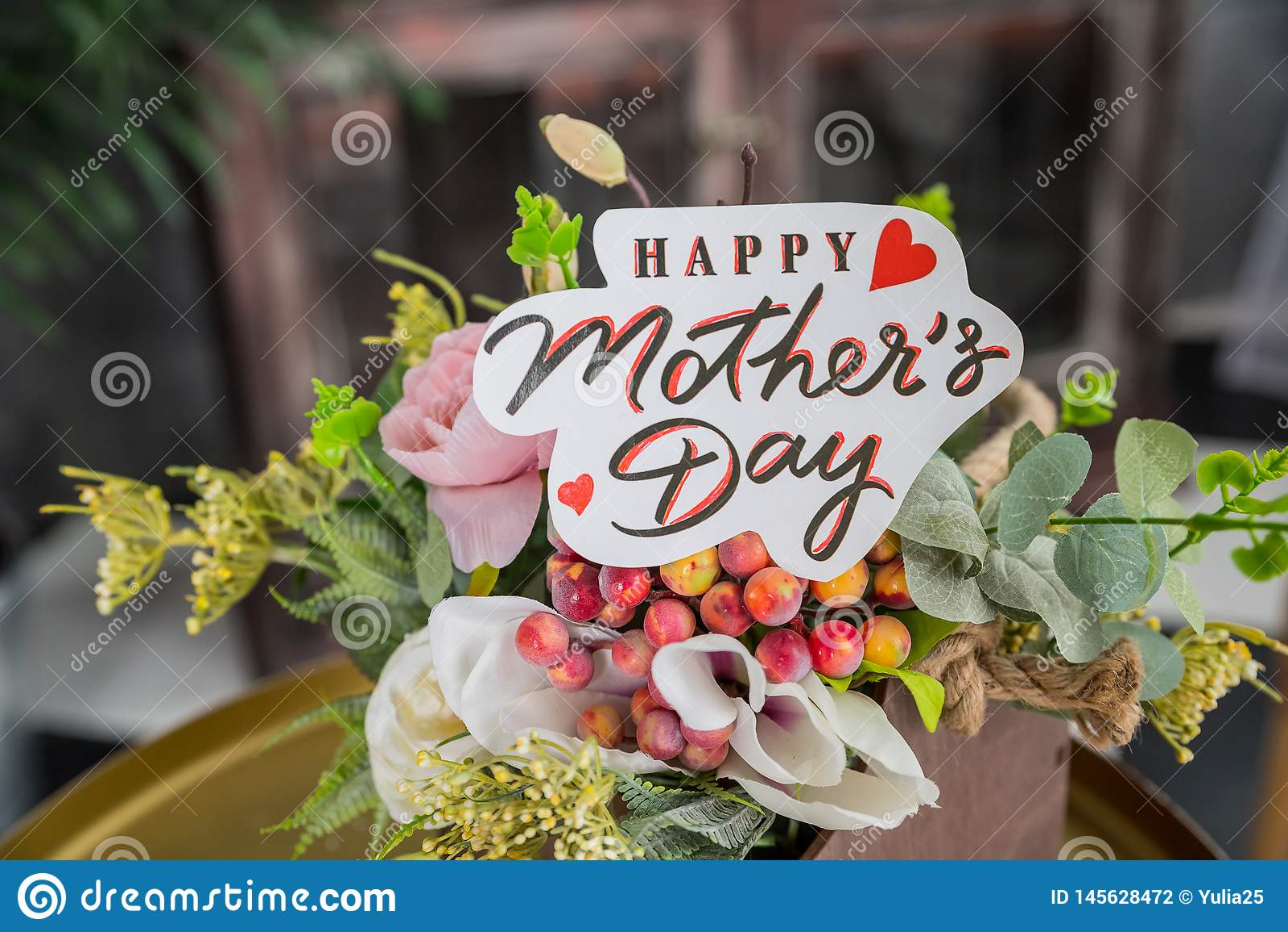 Feche acima de um ramalhete de rosas cor-de-rosa com um cartão feliz do dia de mães no fundo borrado Fundo do dia do ` s da m?e F