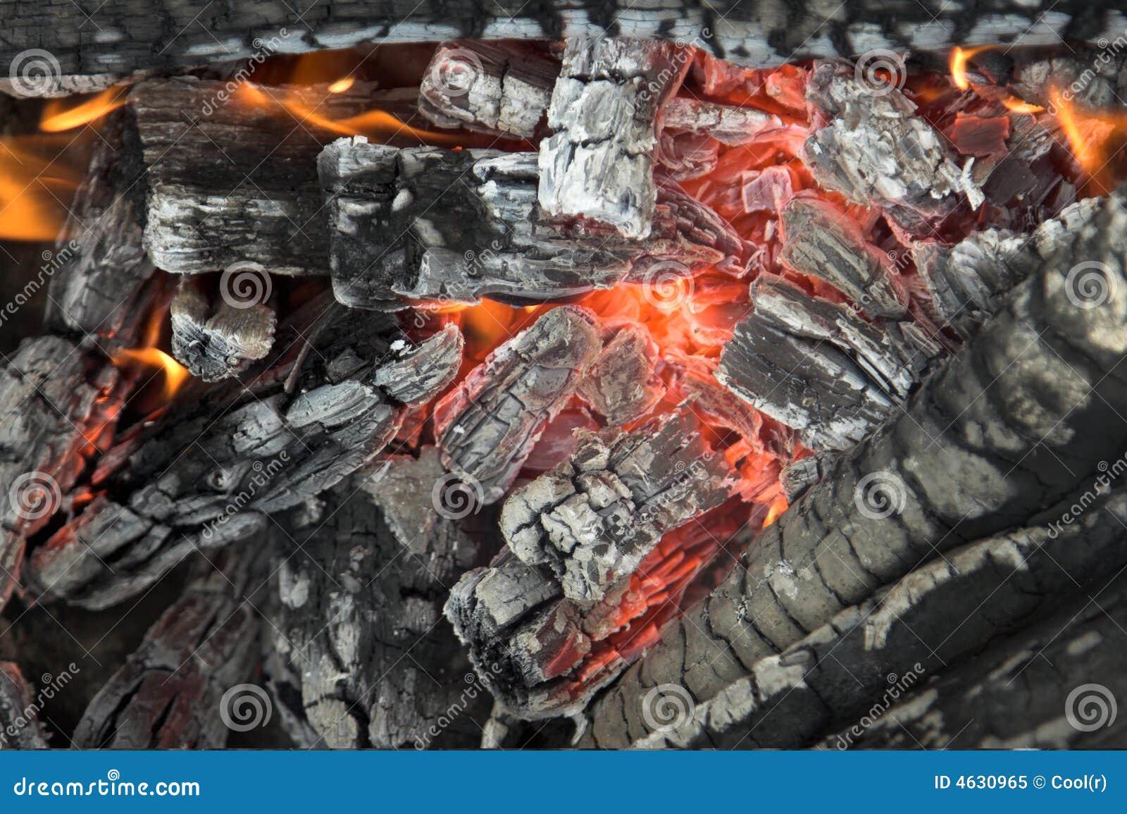 Feche acima de uma fogueira