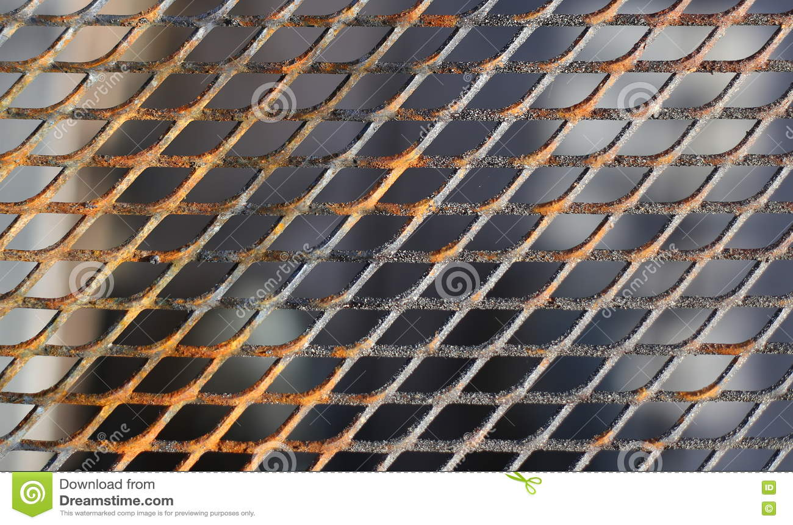 Feche acima de uma grelha de cozimento levemente oxidada