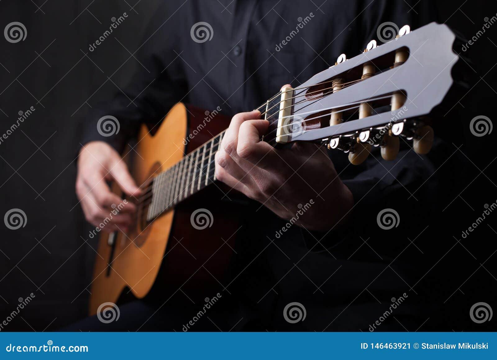 Feche acima de uma guitarra que est? sendo jogada