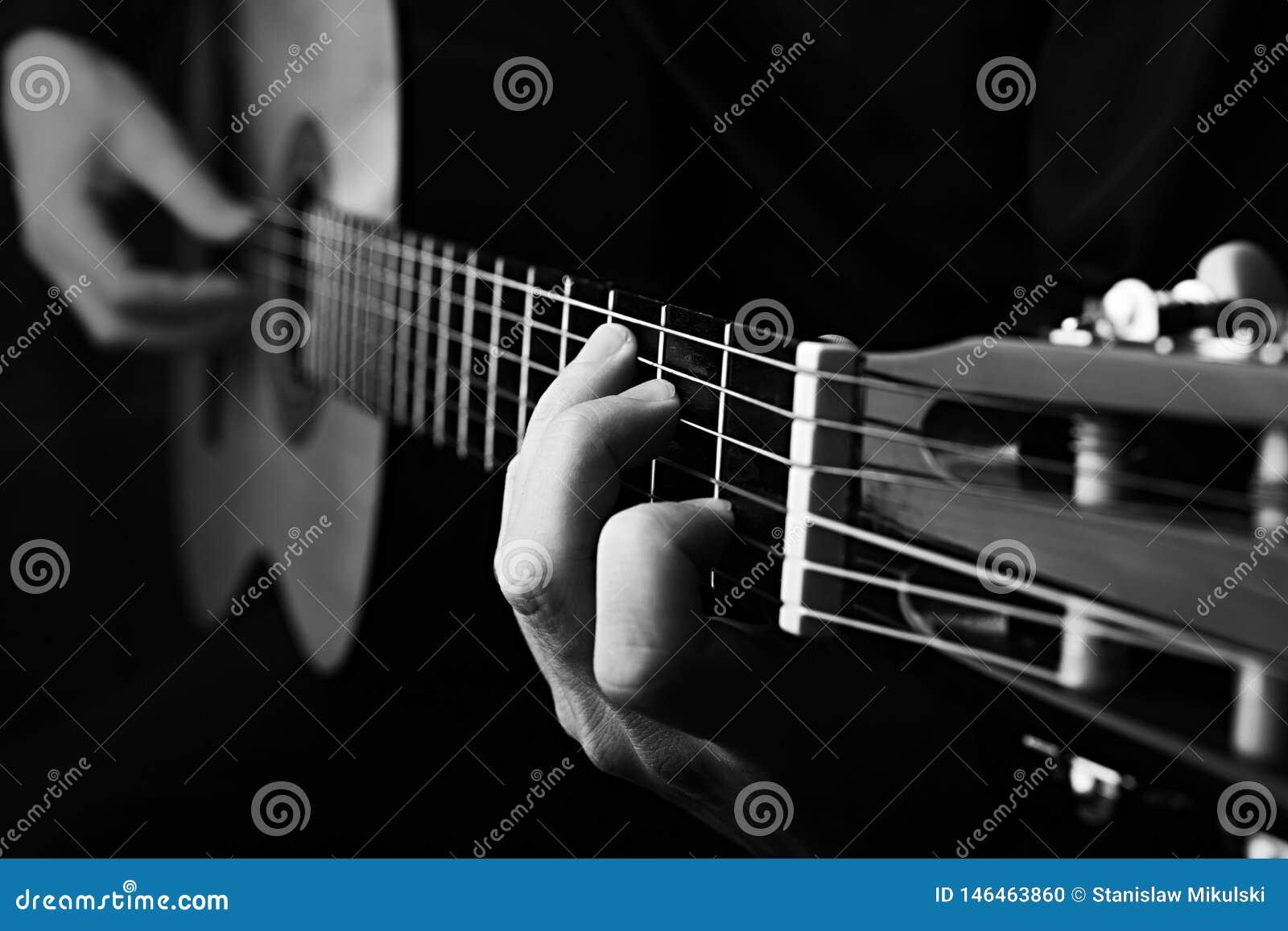 Feche acima de uma guitarra que est? sendo jogada Pequim, foto preto e branco de China