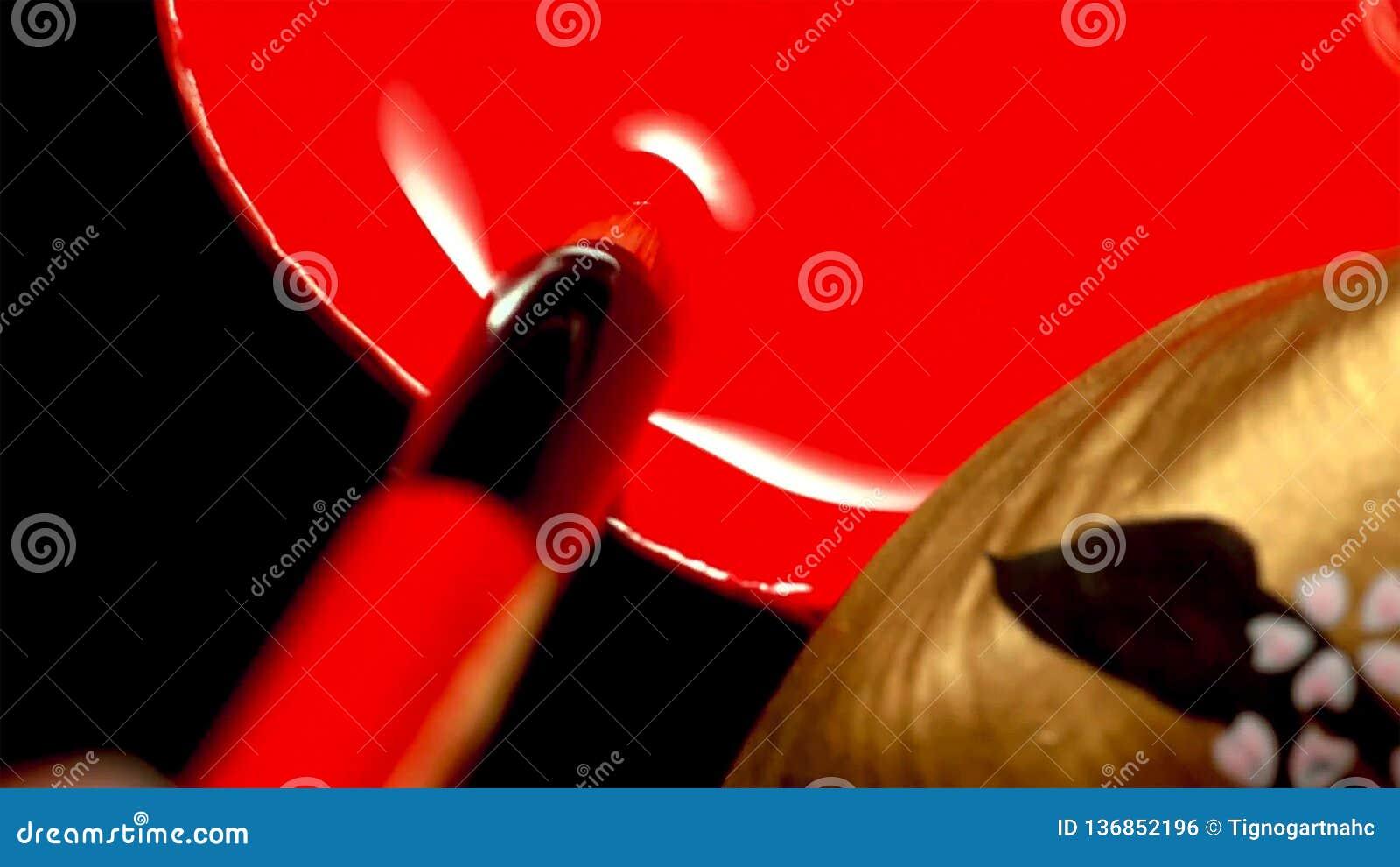 Feche acima de uma mulher com japonês clássico compõem em seus bordos Gueixa com bordos vermelhos