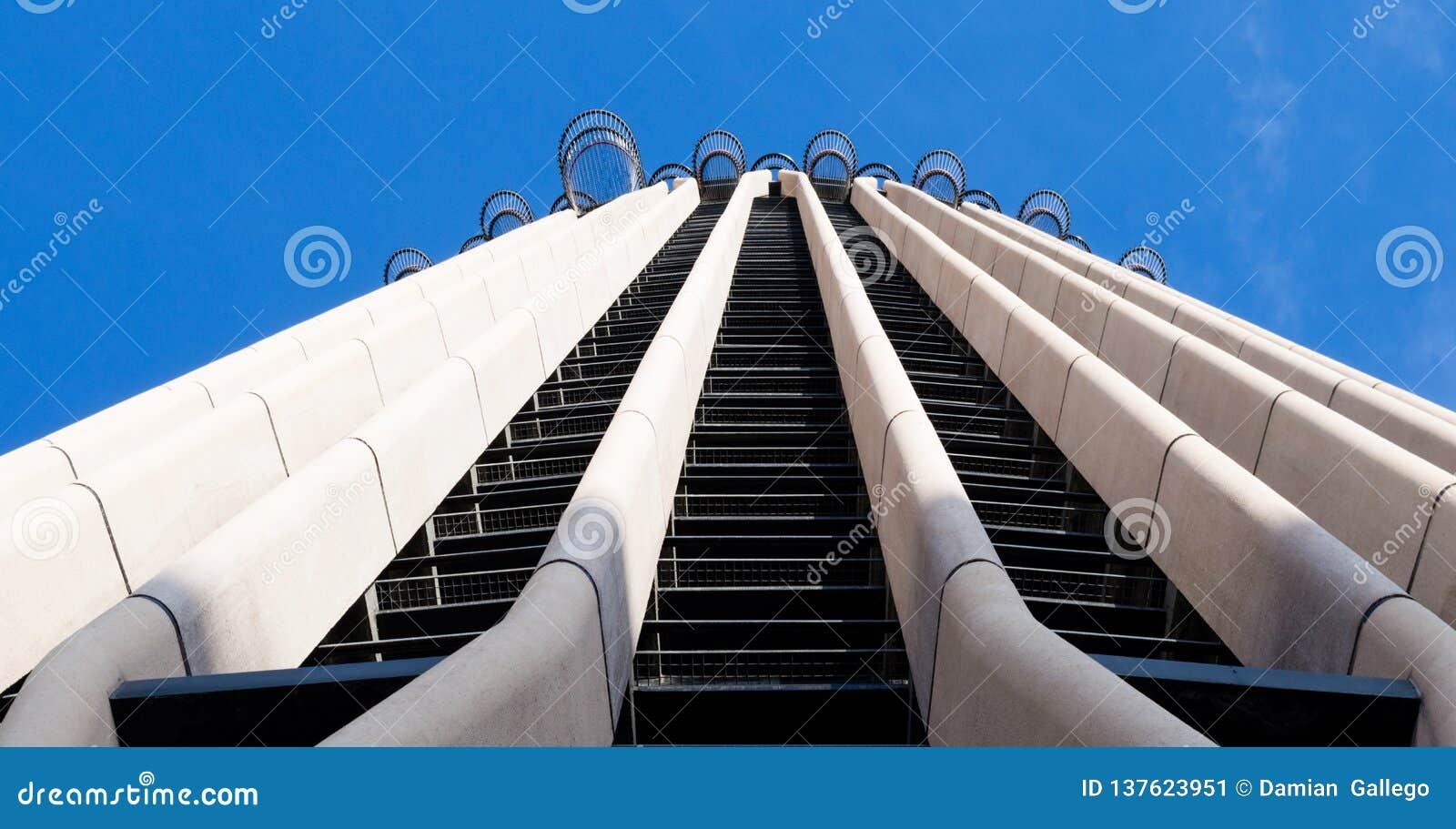 Feche acima do arranha-céus do Europa de Torre entre as construções as mais altas da parte superior 10 no Madri, Espanha