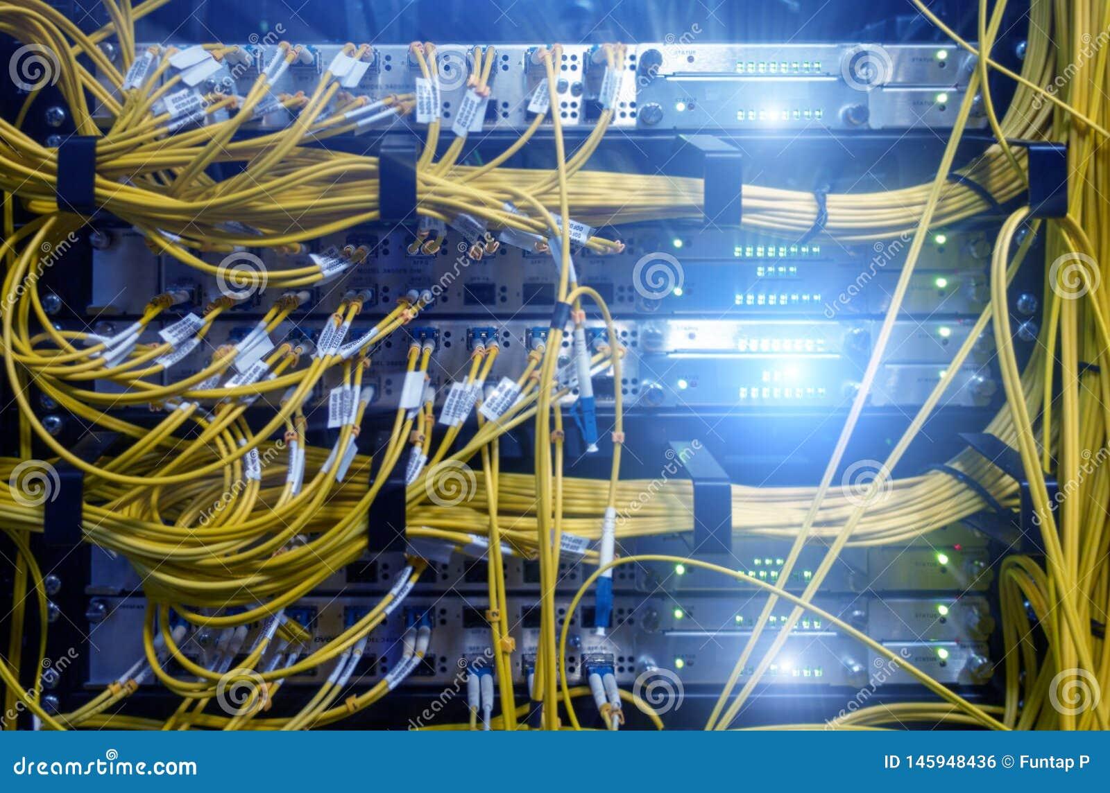Feche acima do cabo de fibra ?tica Cremalheiras dos servidores Separa o computador em uma cremalheira no grande centro de dados