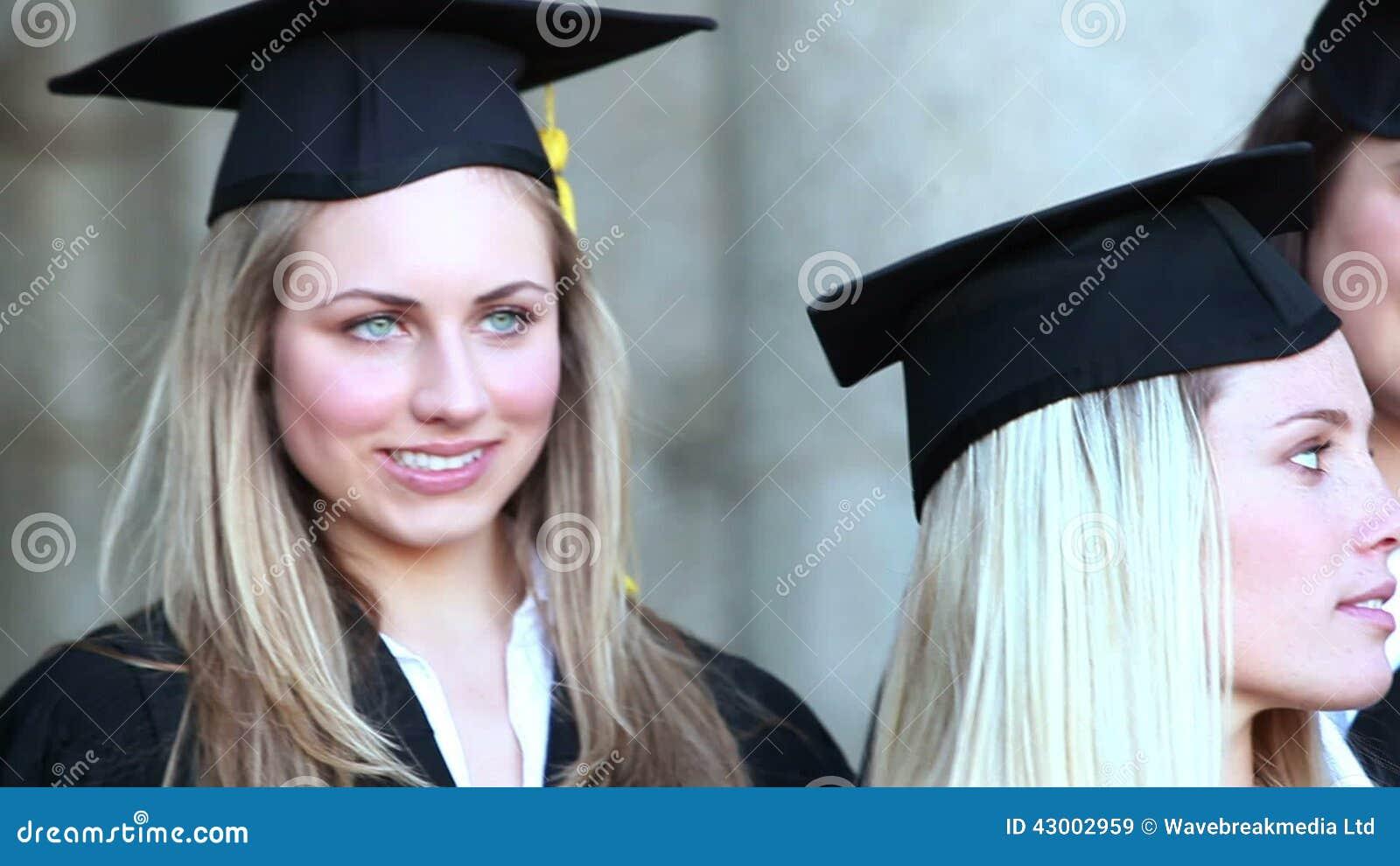 Feche acima do direito da bandeja dos graduados que guardam seu diploma vídeos de arquivo