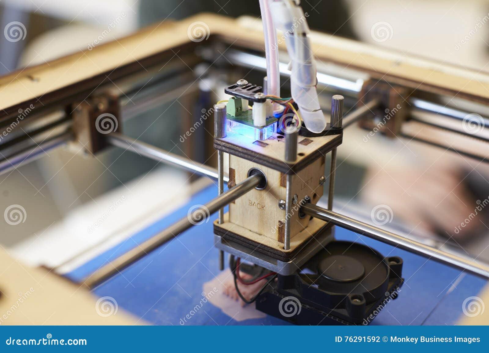 Feche acima do estúdio de Operating In Design da impressora 3D