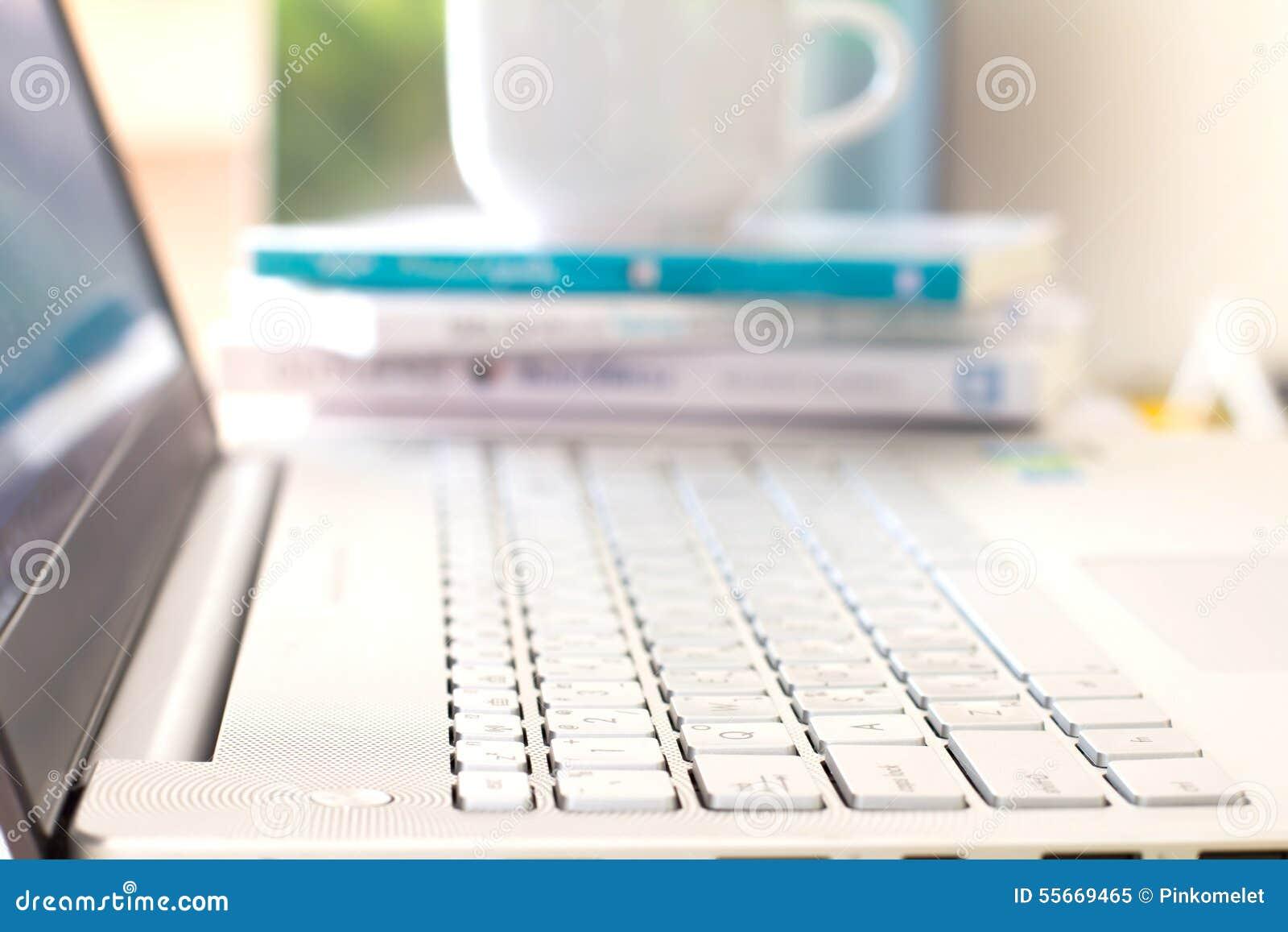 Feche acima do foco seletivo do laptop de prata