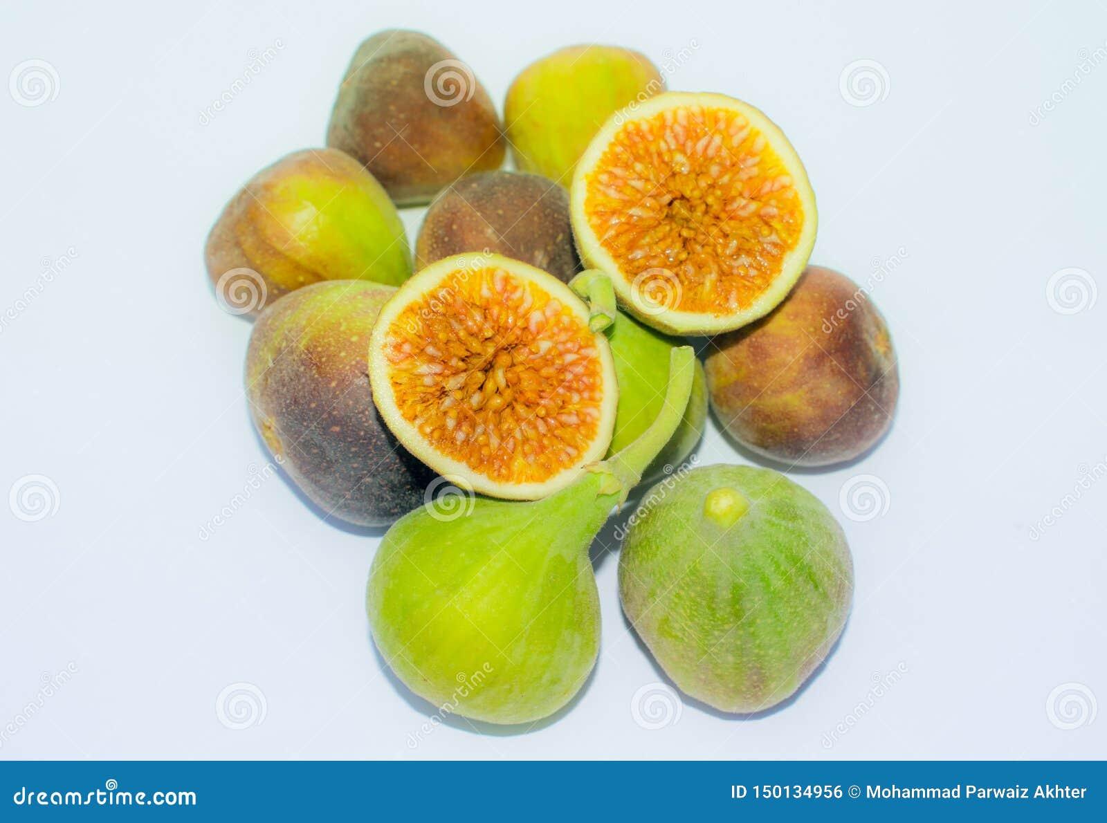 Feche acima do fruto fresco do figo isolado