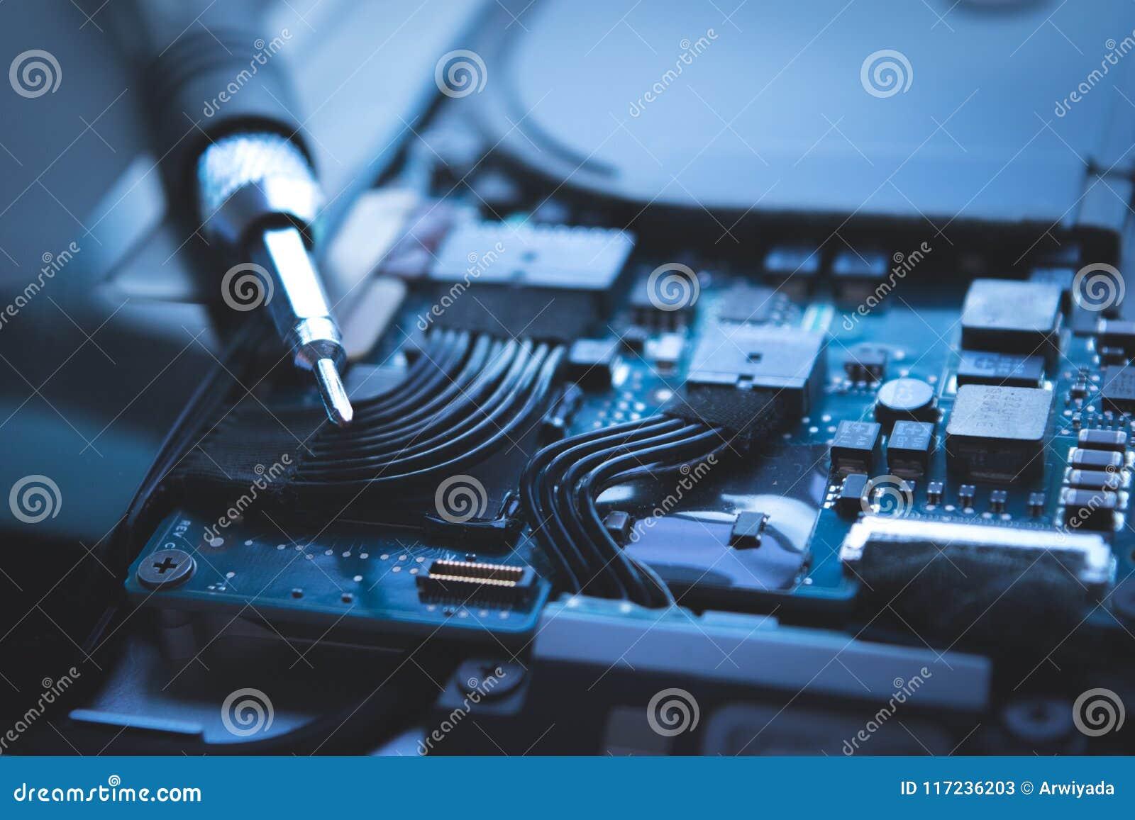 Feche acima do fundo azul do reparo da movimentação de disco rígido do portátil do computador,
