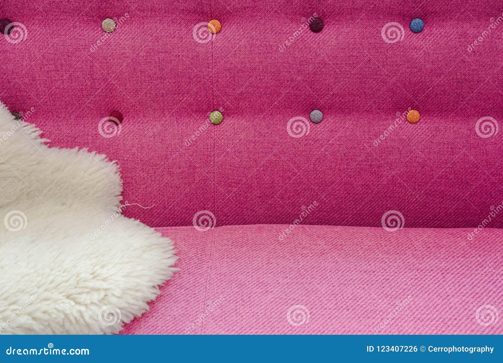 Feche acima do fundo da cabeceira macia com cores diferentes dos cristais do cristal de rocha, vista dianteira da cama de veludo