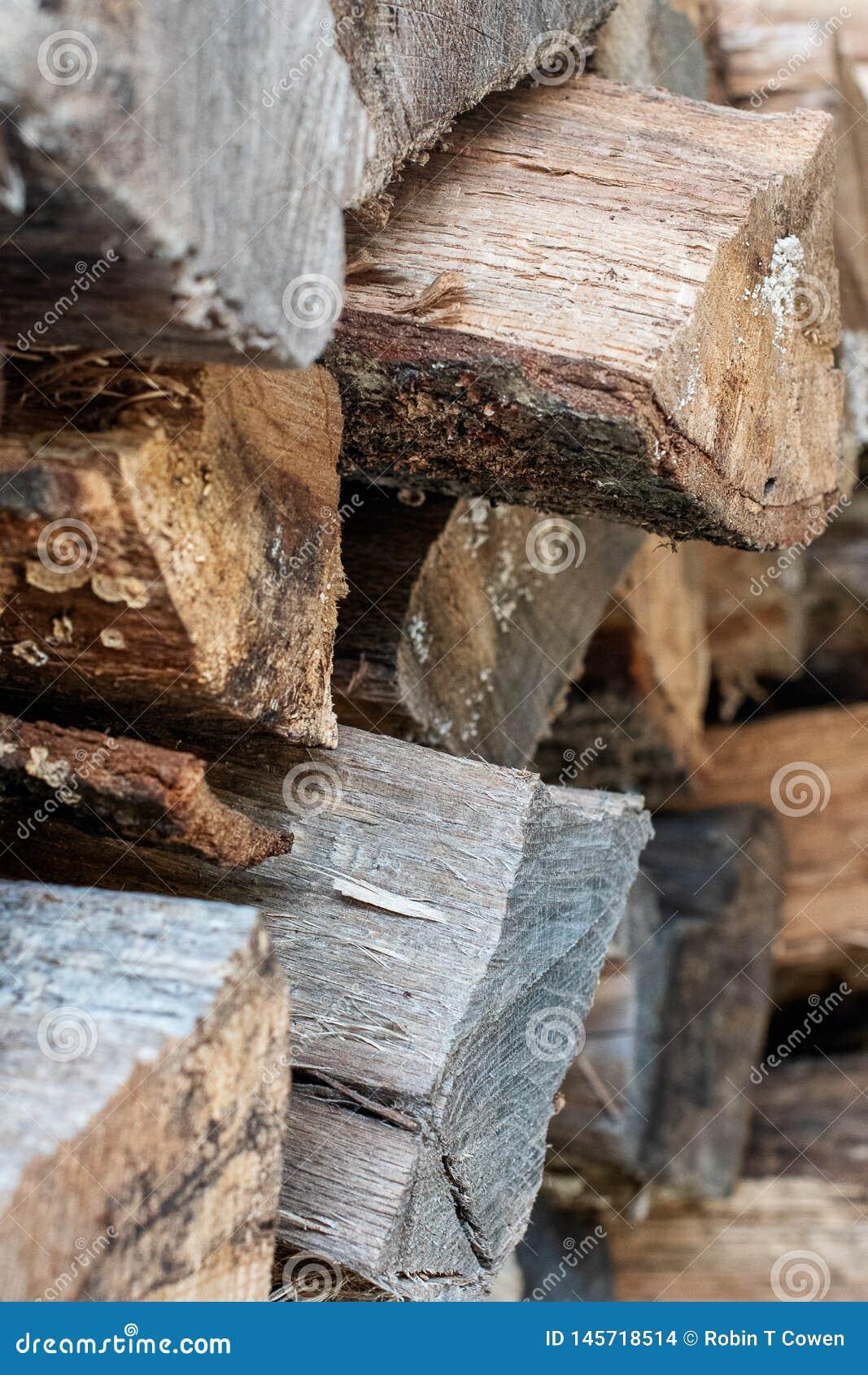 Feche acima do fundo de madeira empilhado dos logs