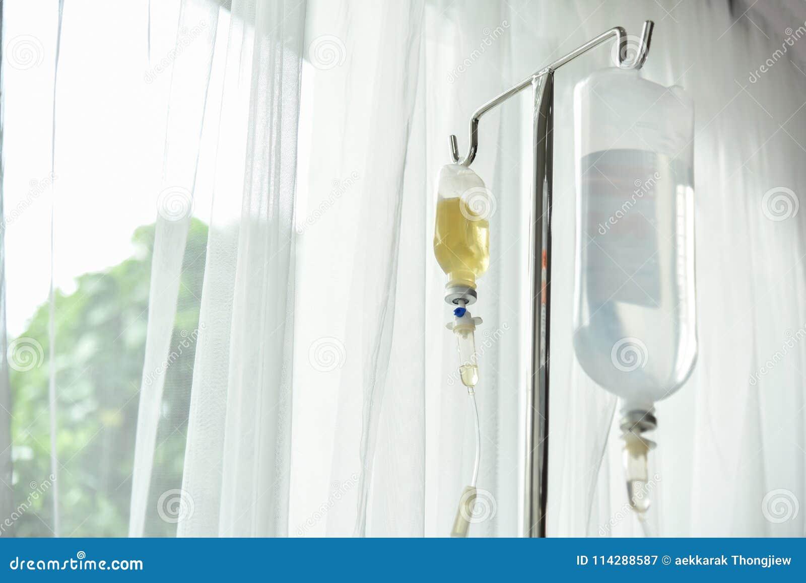 Feche acima do gotejamento IV salino