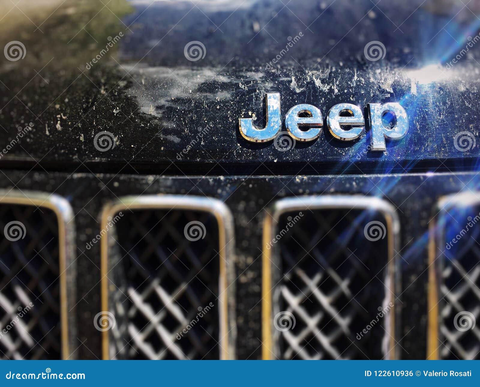 Feche acima do logotipo do jipe em um modelo sujo de Jeep Compass