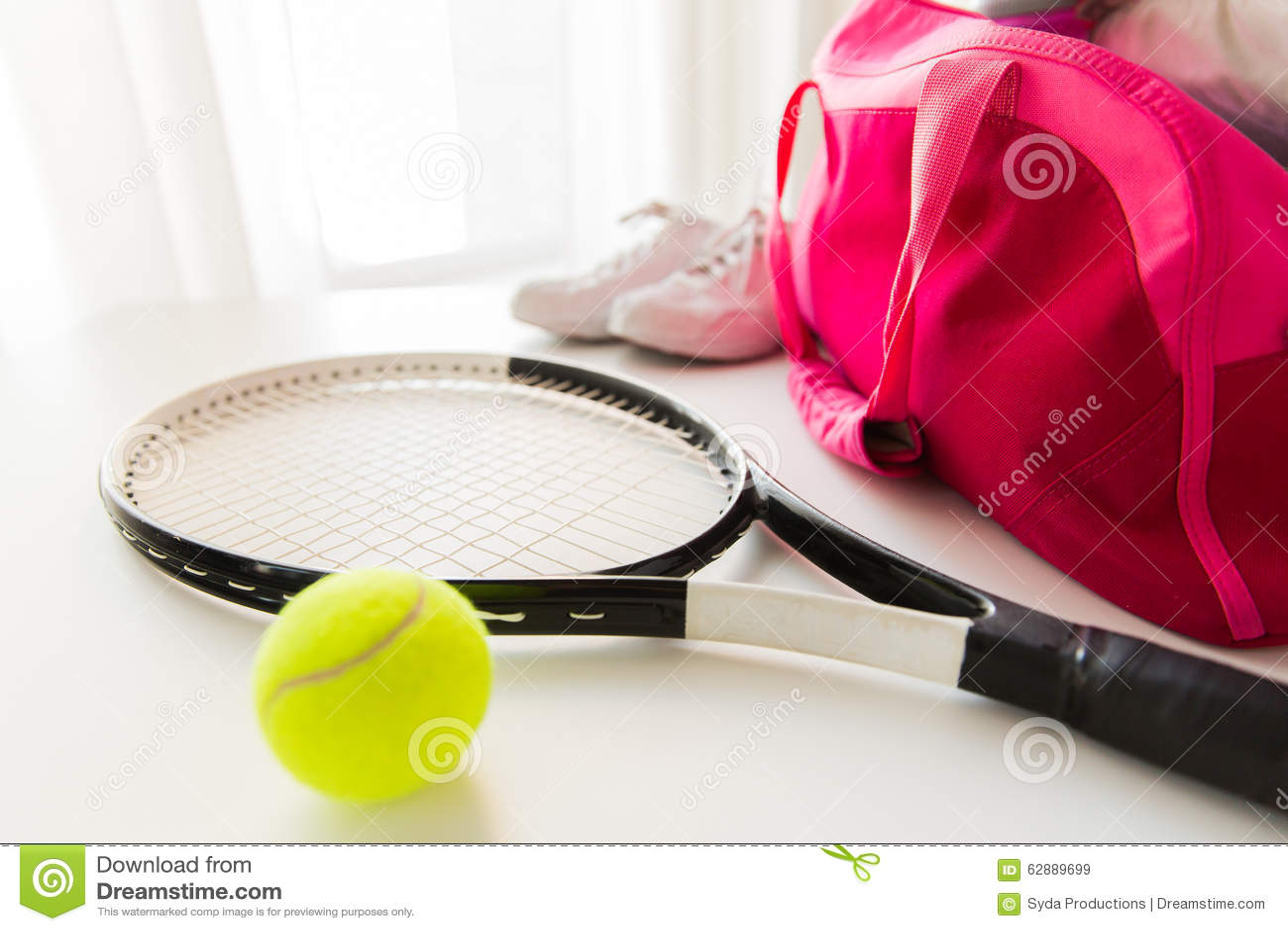Feche acima do material do tênis e os esportes fêmeas ensacam