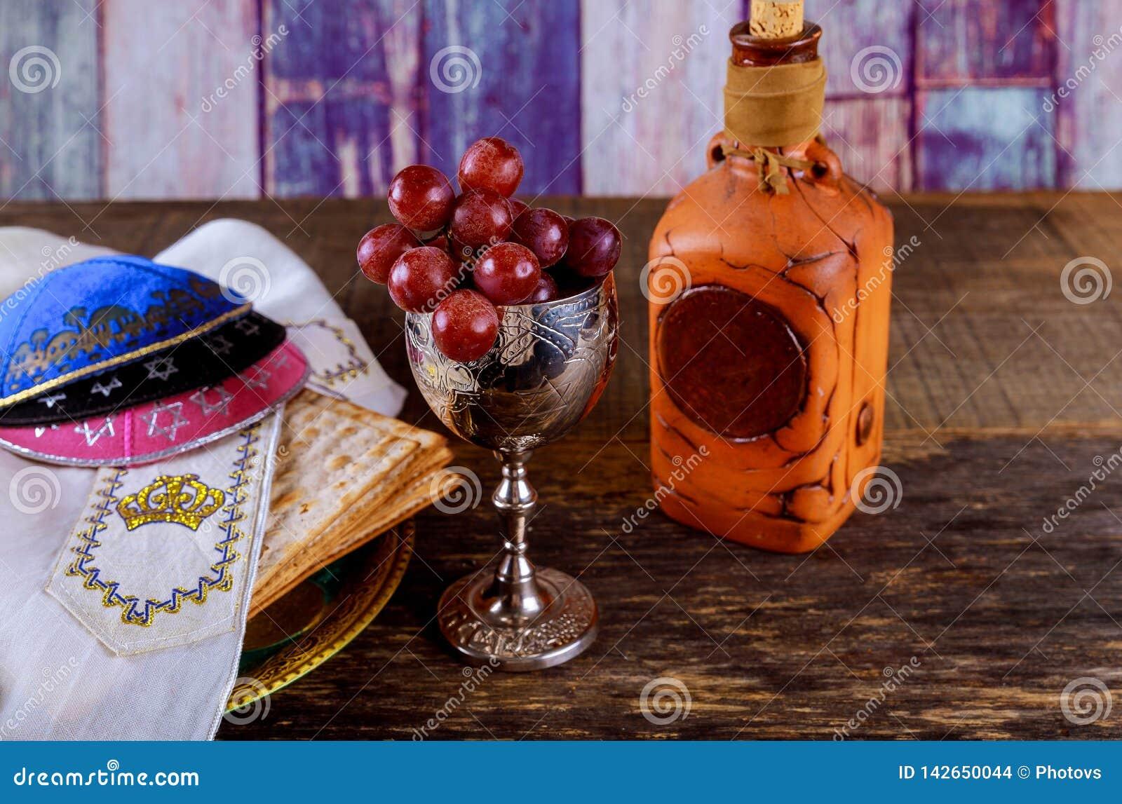 Feche acima do matzot e do tallit judaicos do passover do feriado do conceito o substituto para o pão no feriado judaico da pásco