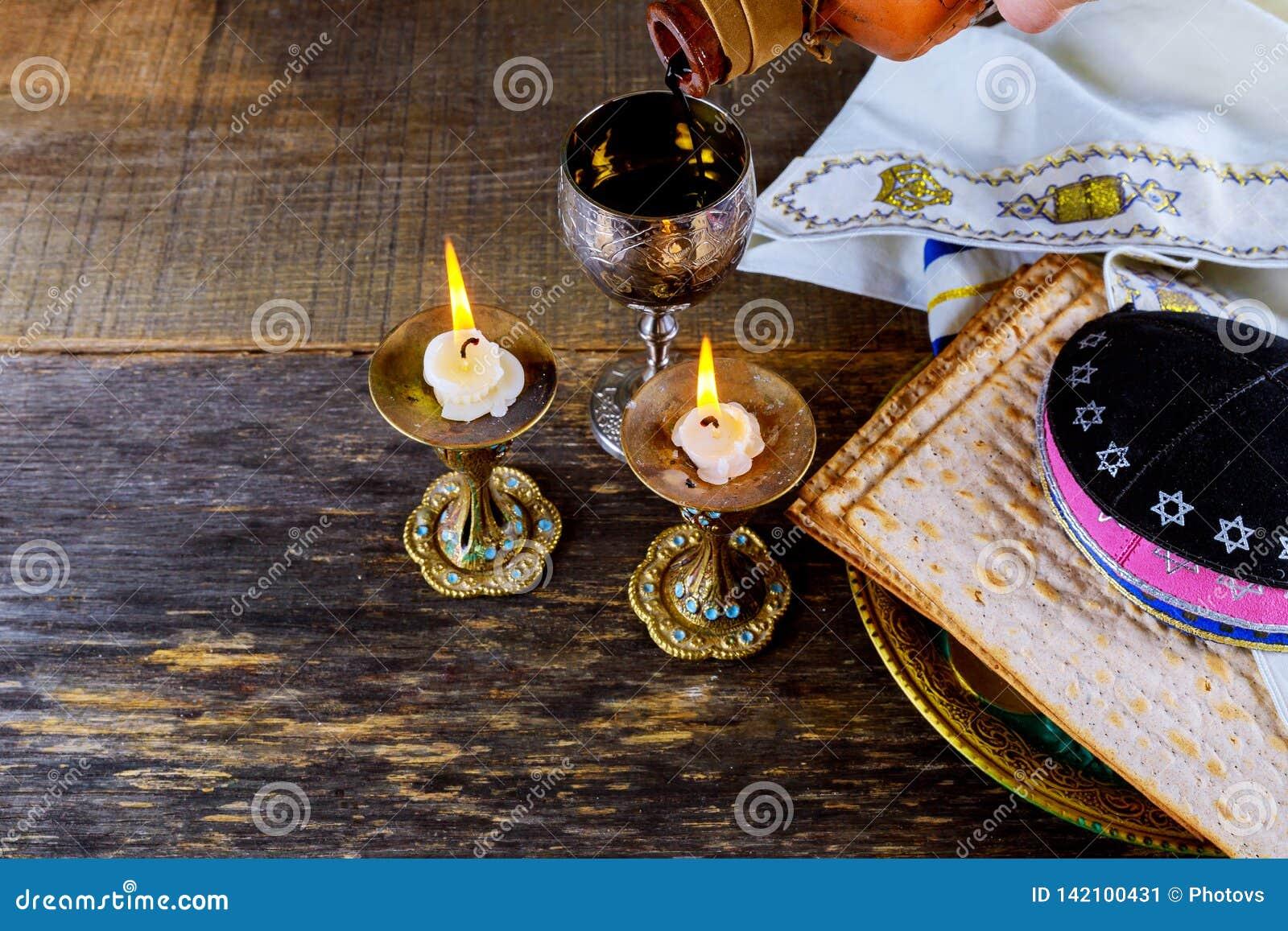 Feche acima do matzot e do tallit judaicos do passover do feriado do passover da véspera o substituto para o pão na páscoa judaic