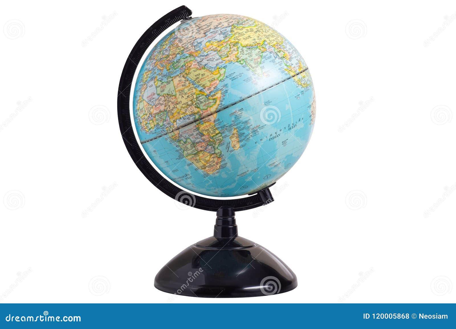Feche acima do modelo do globo isolado no branco