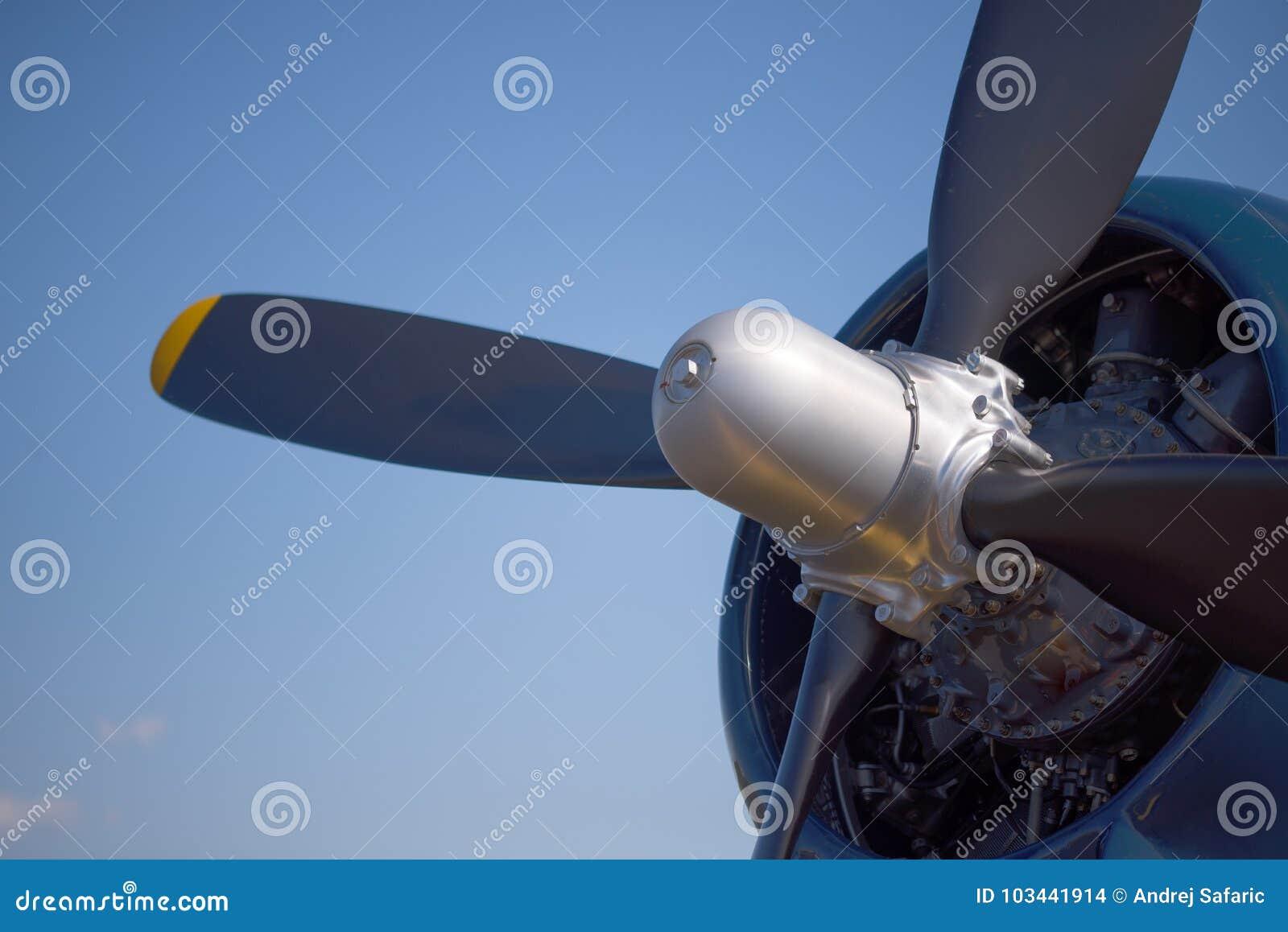 Feche acima do motor e da hélice de um avião do lutador da segunda guerra mundial do vintage