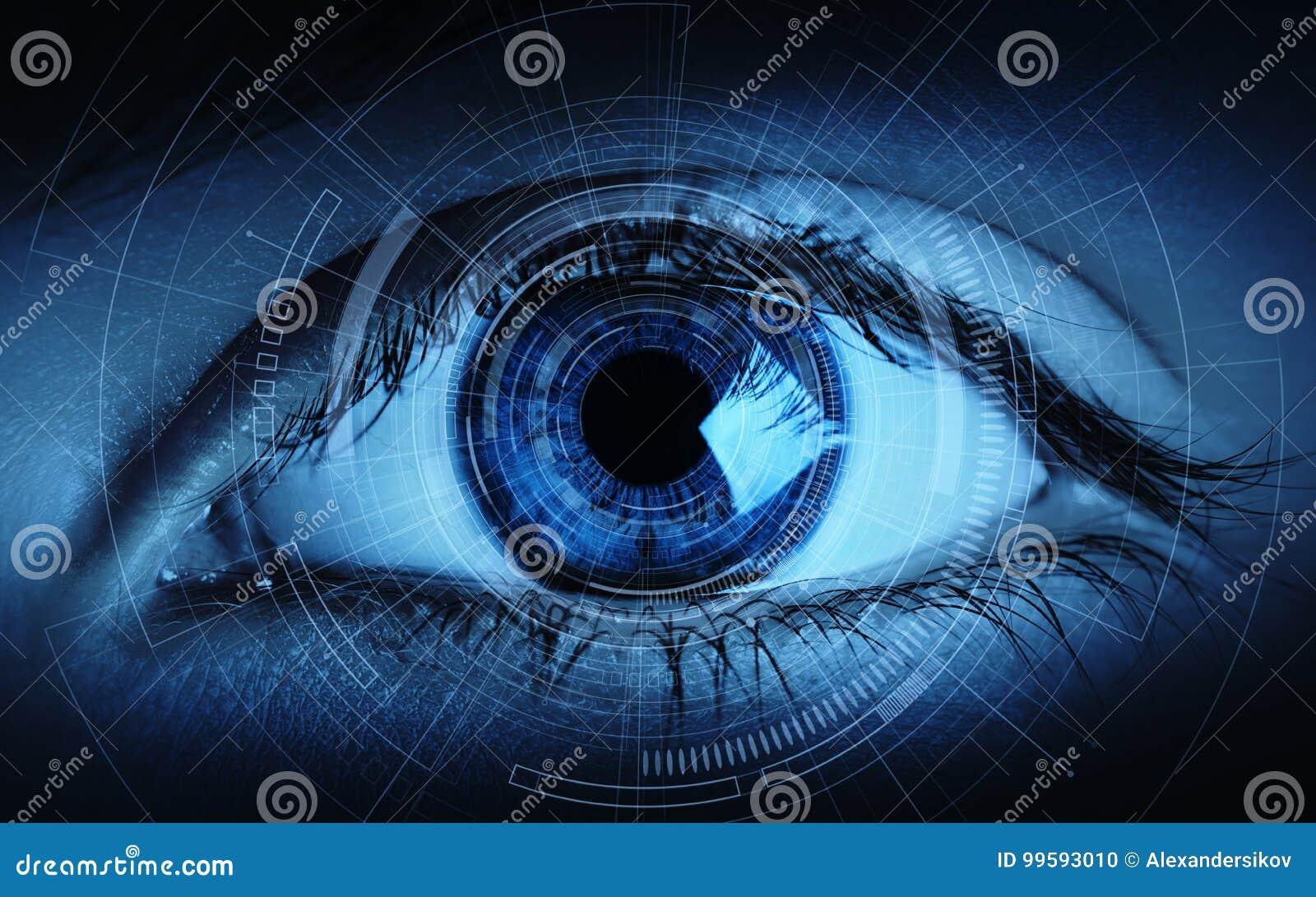 Feche acima do olho da mulher em processo da exploração Conceito da tecnologia do Internet do negócio da identificação