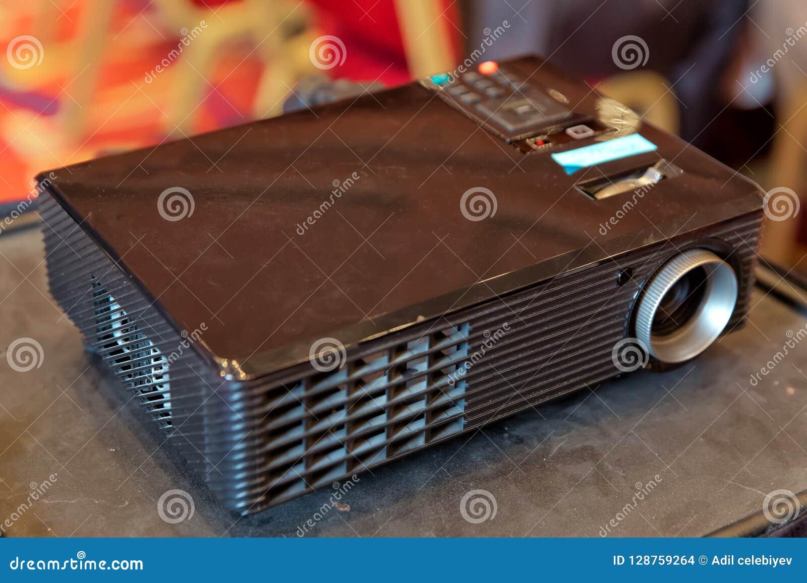 Feche acima do projetor na sala de conferências Apresentação da tecnologia do projetor do LCD e objeto video do home entertainmen
