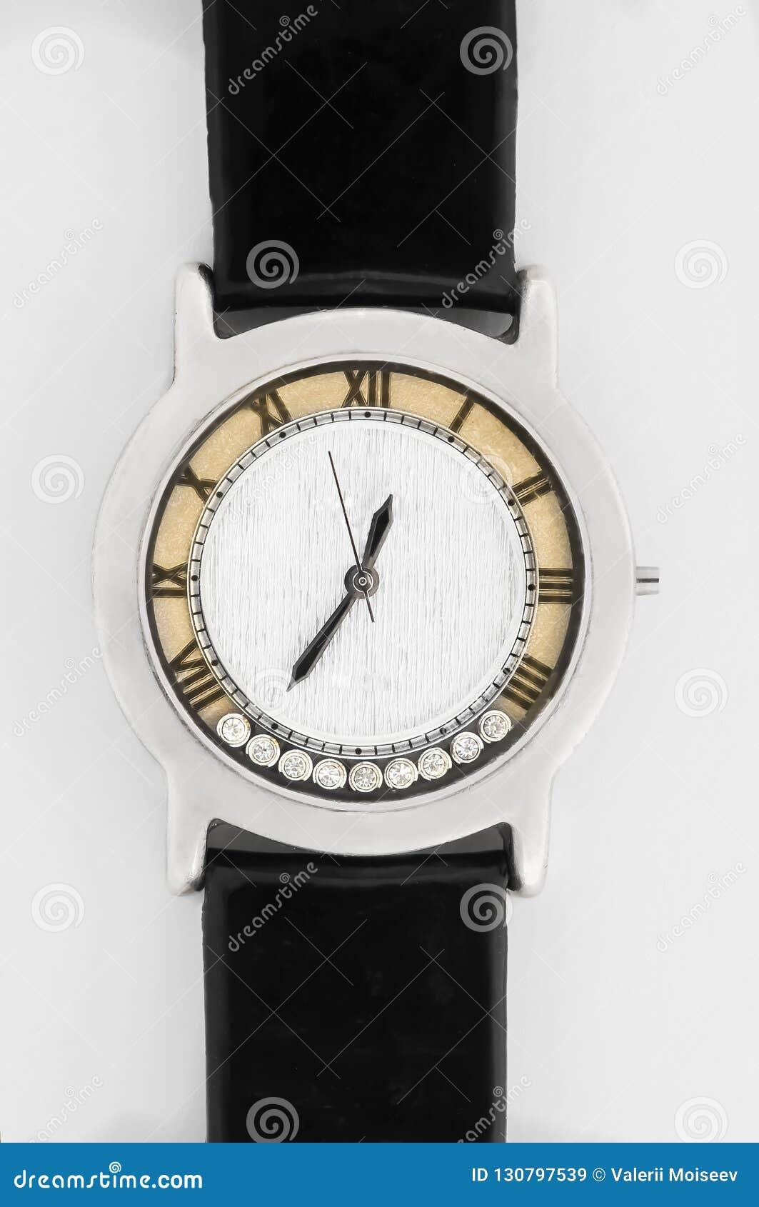 Feche acima do relógio de forma luxuoso com o relógio mecânico do seletor de prata com pedras e a correia de couro