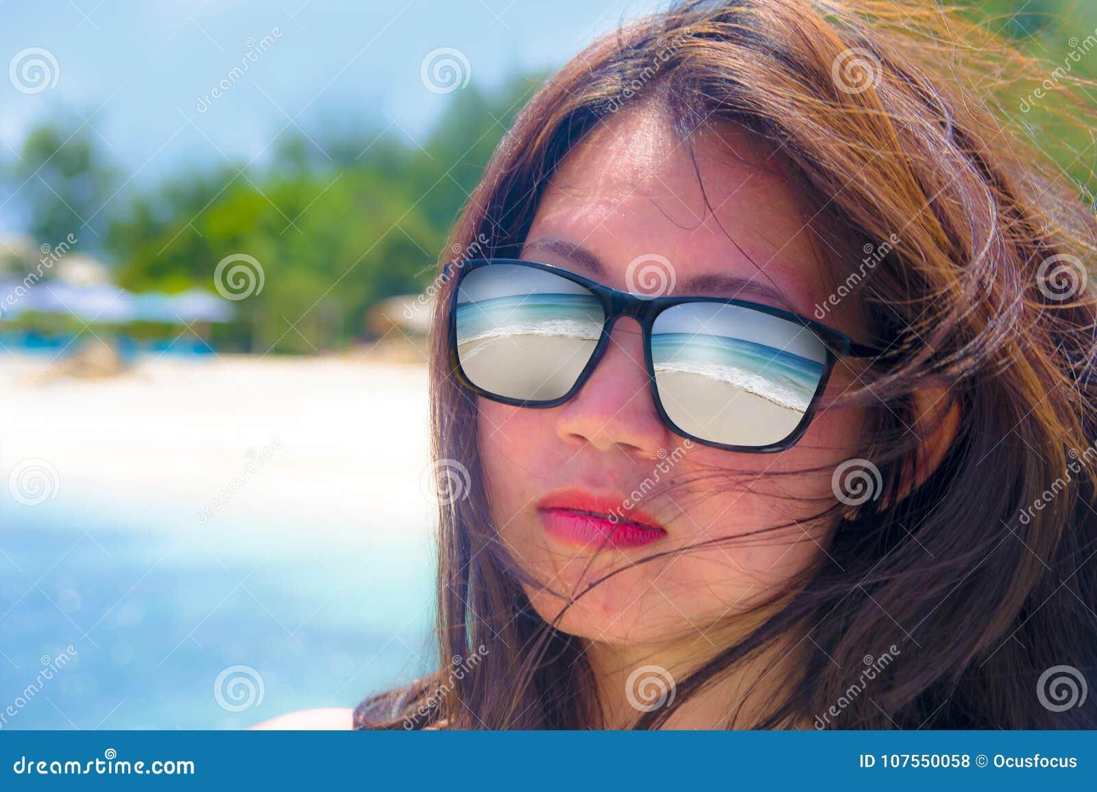 Feche acima do retrato da cara de óculos de sol vestindo da mulher asiática  bonita nova 18b2a1cf35