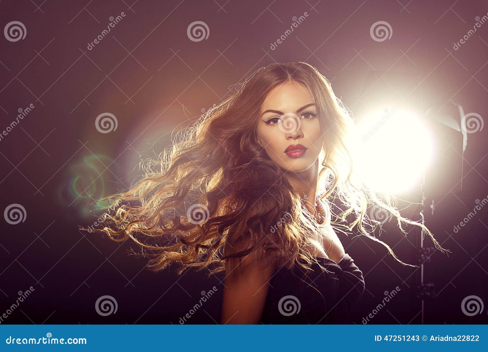 Feche acima do retrato da menina do modelo de forma com cabelo de sopro longo