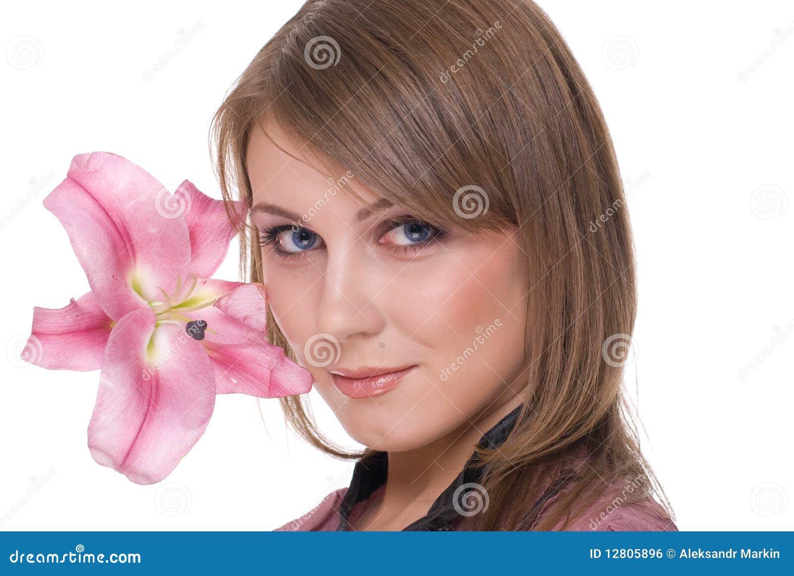 Feche acima do retrato da mulher bonita com flor