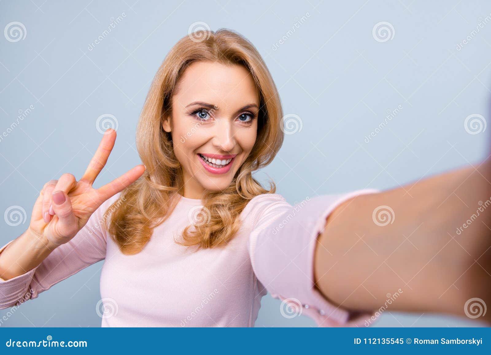 Feche acima do retrato da sagacidade alegre despreocupada madura atrativa da mulher