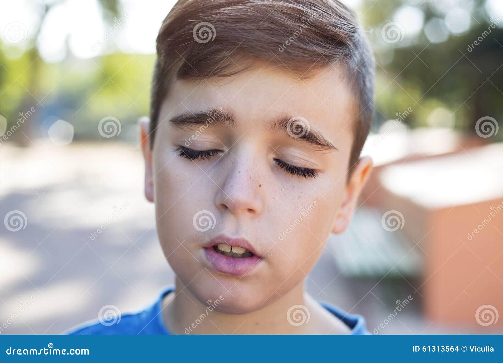 Feche acima do retrato de um menino considerável