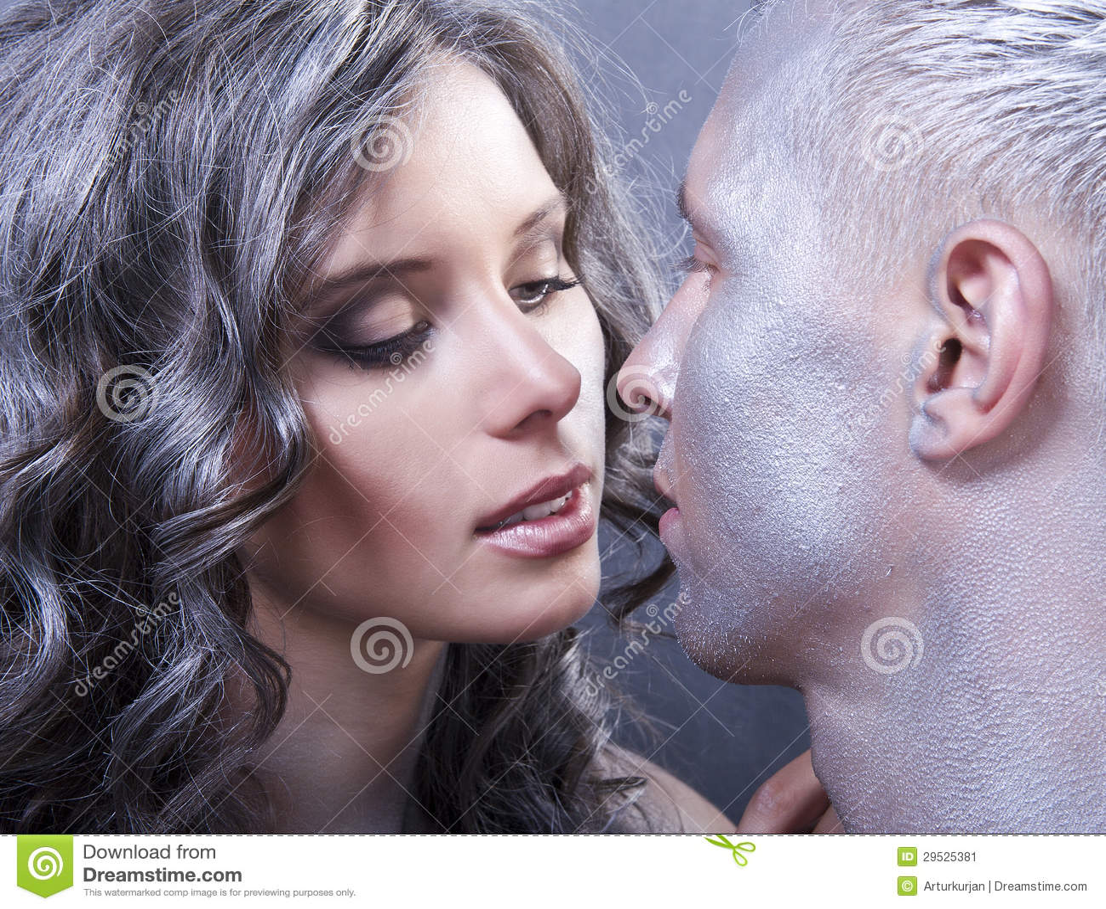 Feche acima do retrato do beijo caucasiano novo dos pares