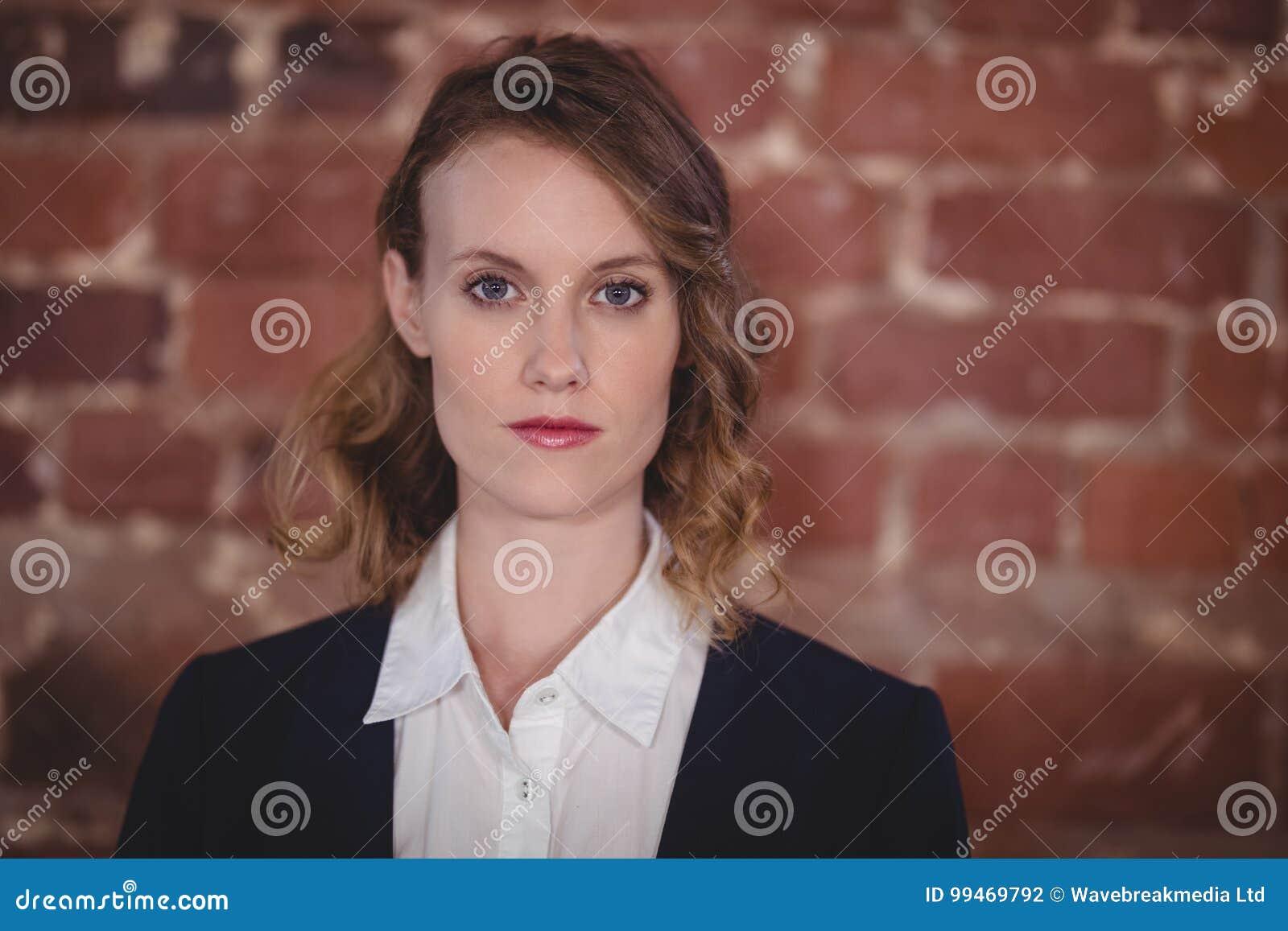 Feche acima do retrato do editor fêmea bonito novo seguro na cafetaria