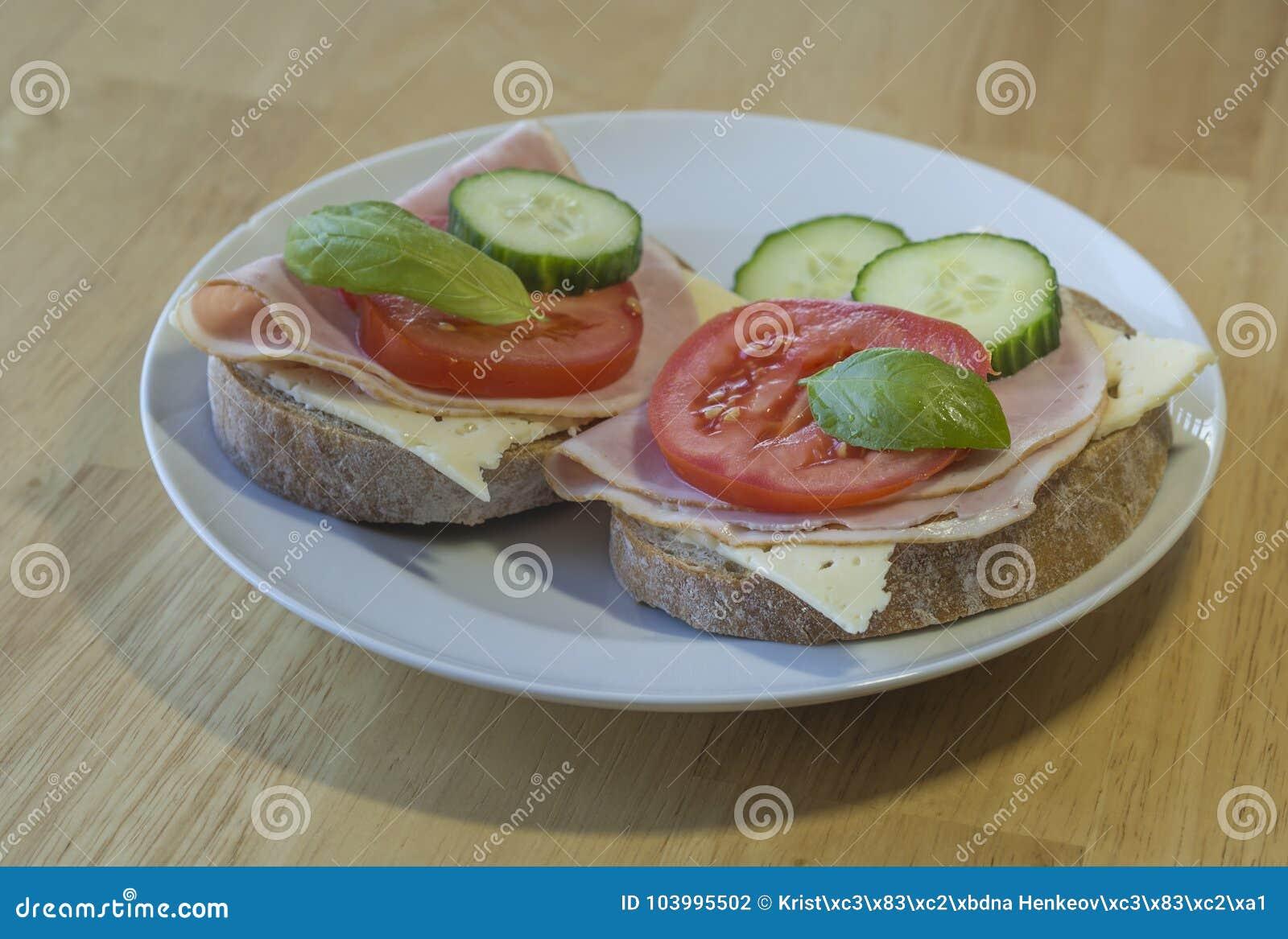 Feche acima do sanduíche feito home fresco do pão de centeio com o queijo do presunto slic