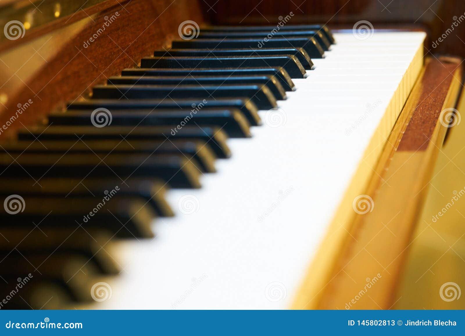Feche acima do teclado de piano cl?ssico