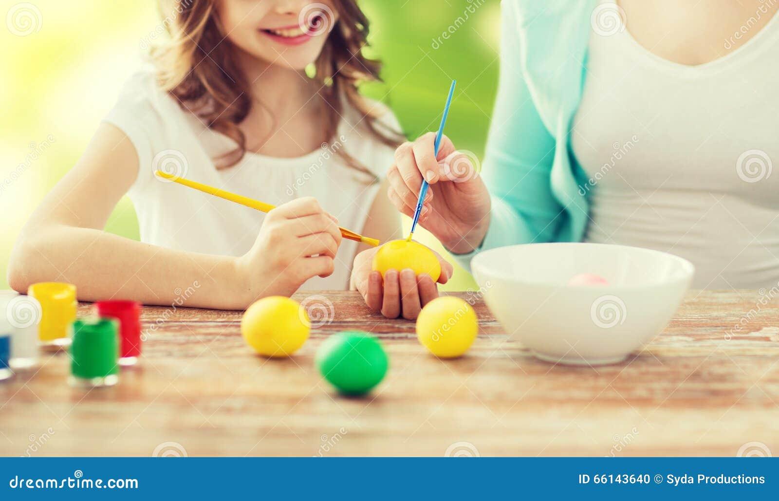 Feche acima dos ovos da páscoa da coloração da família