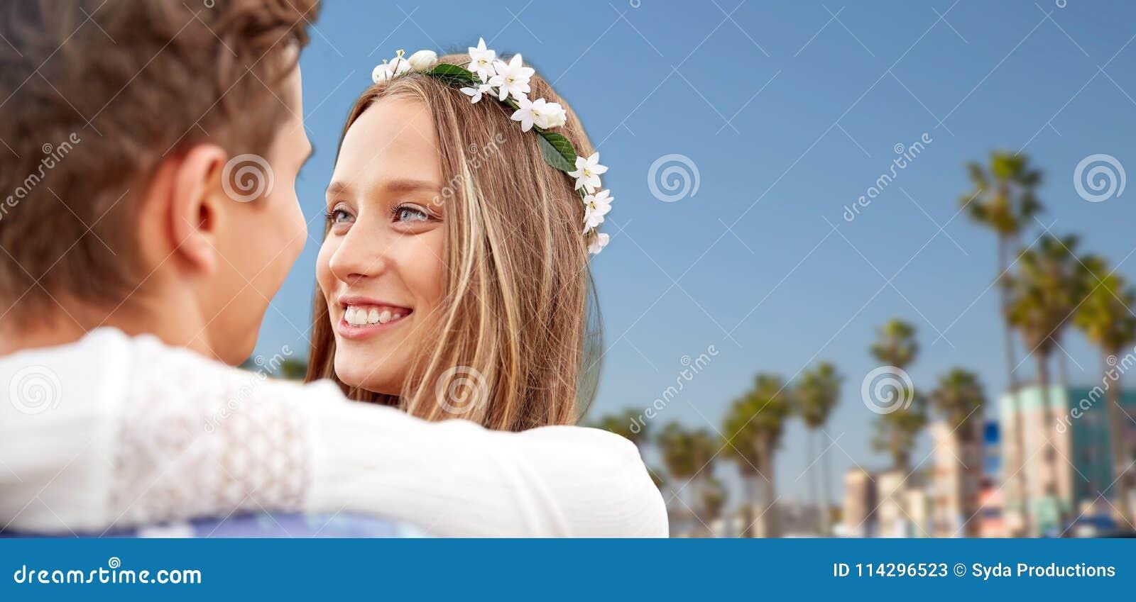 Feche acima dos pares novos de sorriso felizes da hippie