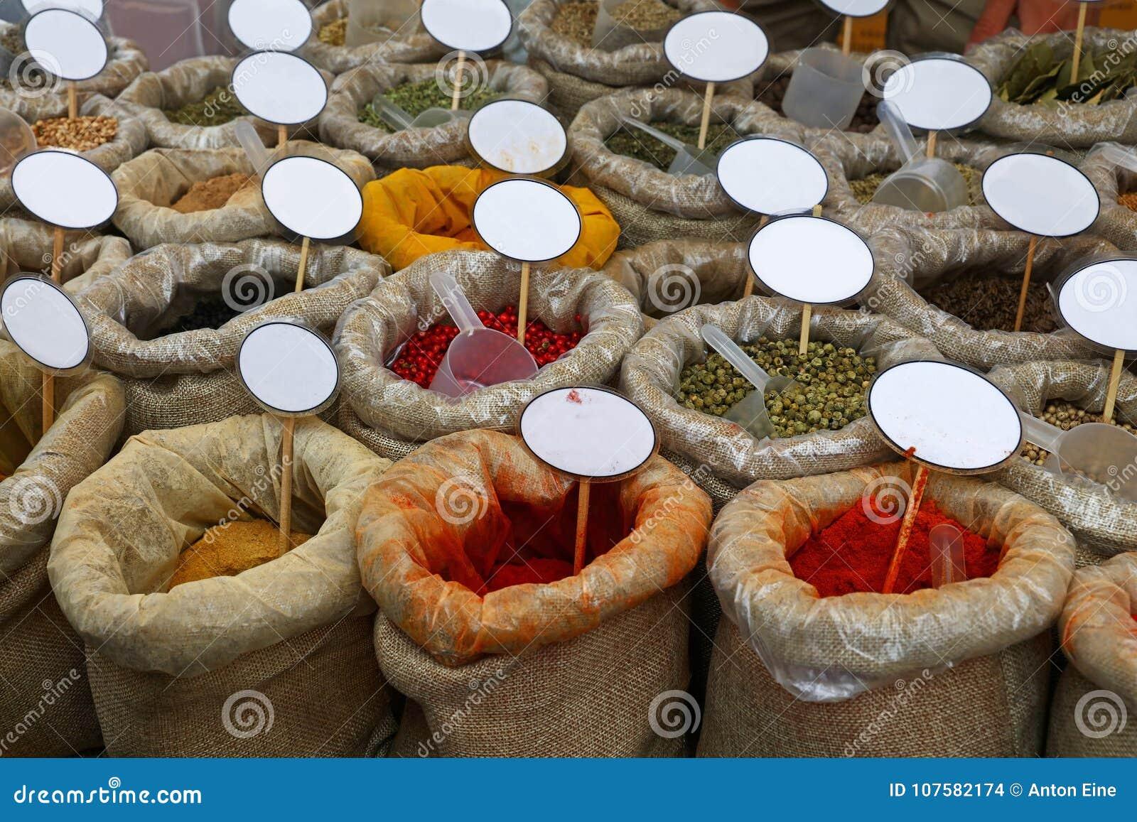 Feche acima dos sacos das especiarias com preços vazios
