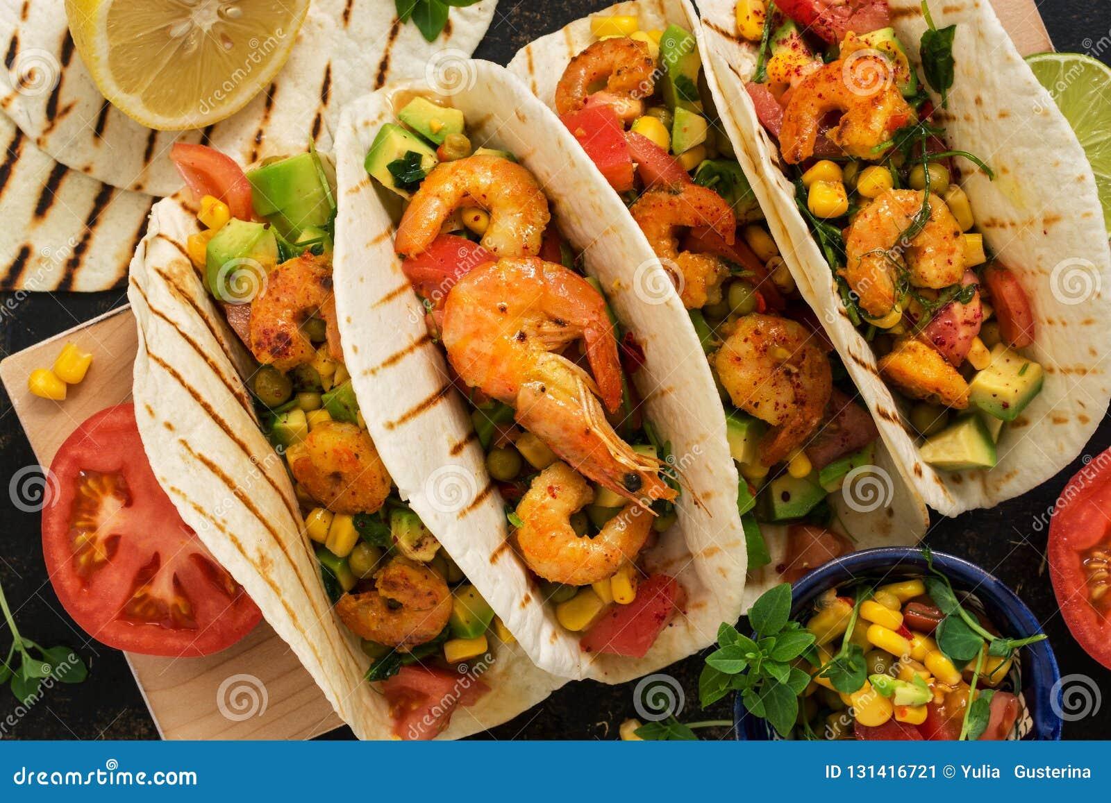 Feche acima dos tacos com camarão Petisco tradicional mexicano Vista de acima